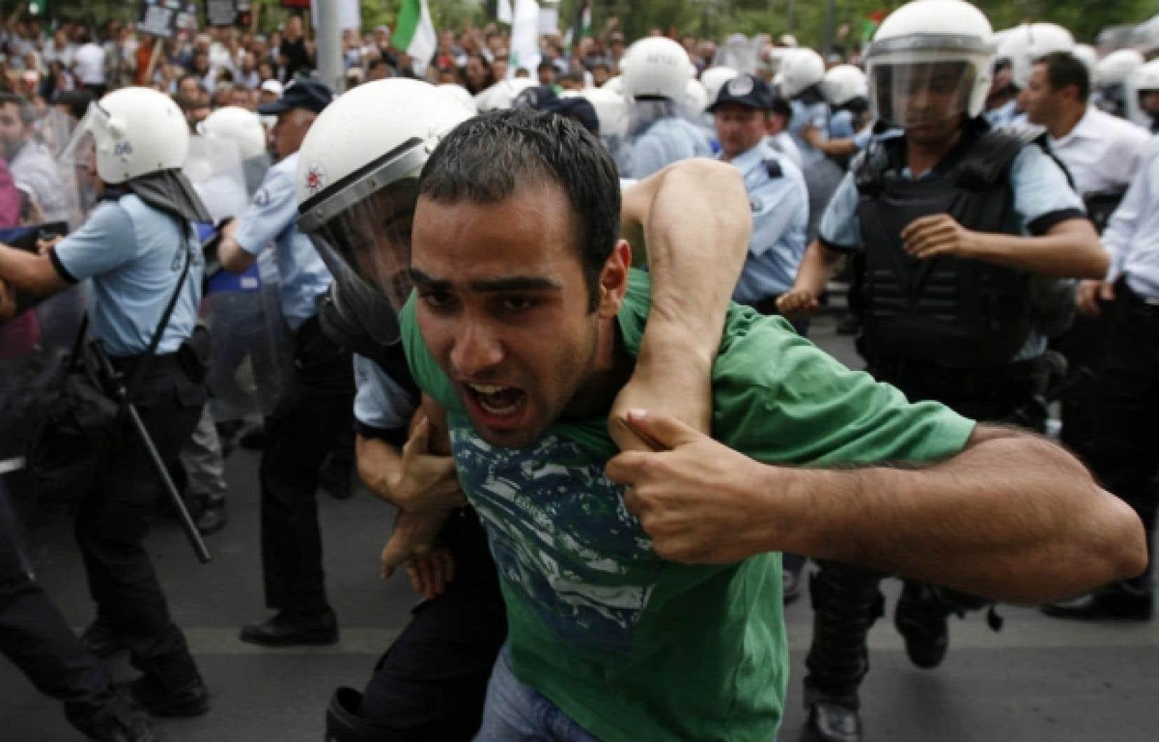 Affrontements entre des manifestants venus dénoncer le raid des militaires israéliens contre la flottille chargée d'aide humanitaire à destination de Gaza et les forces policières de la capitale turque, hier, devant la résidence de l'ambassadeur d'Israël à Ankara, Gabby Levy. Plus tôt, le premier ministre turc, Recep Tayyip Erdogan, avait qualifié l'assaut de «massacre sanglant», d'«attaque insolente et irresponsable qui piétine toute vertu humaine» demandant qu'Israël soit «puni» pour son «opération inhumaine». L'attaque aurait fait neuf morts, dont au moins quatre Turcs, aux aurores lundi.