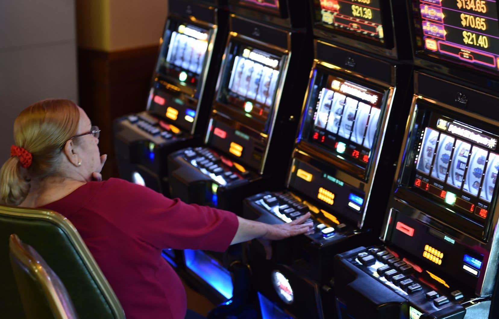 Le gouvernement de la Coalition avenir Québec envisage de déménager le salon de jeux dans un secteur touristique, loin des joueurs démunis, et de le transformer en casino.