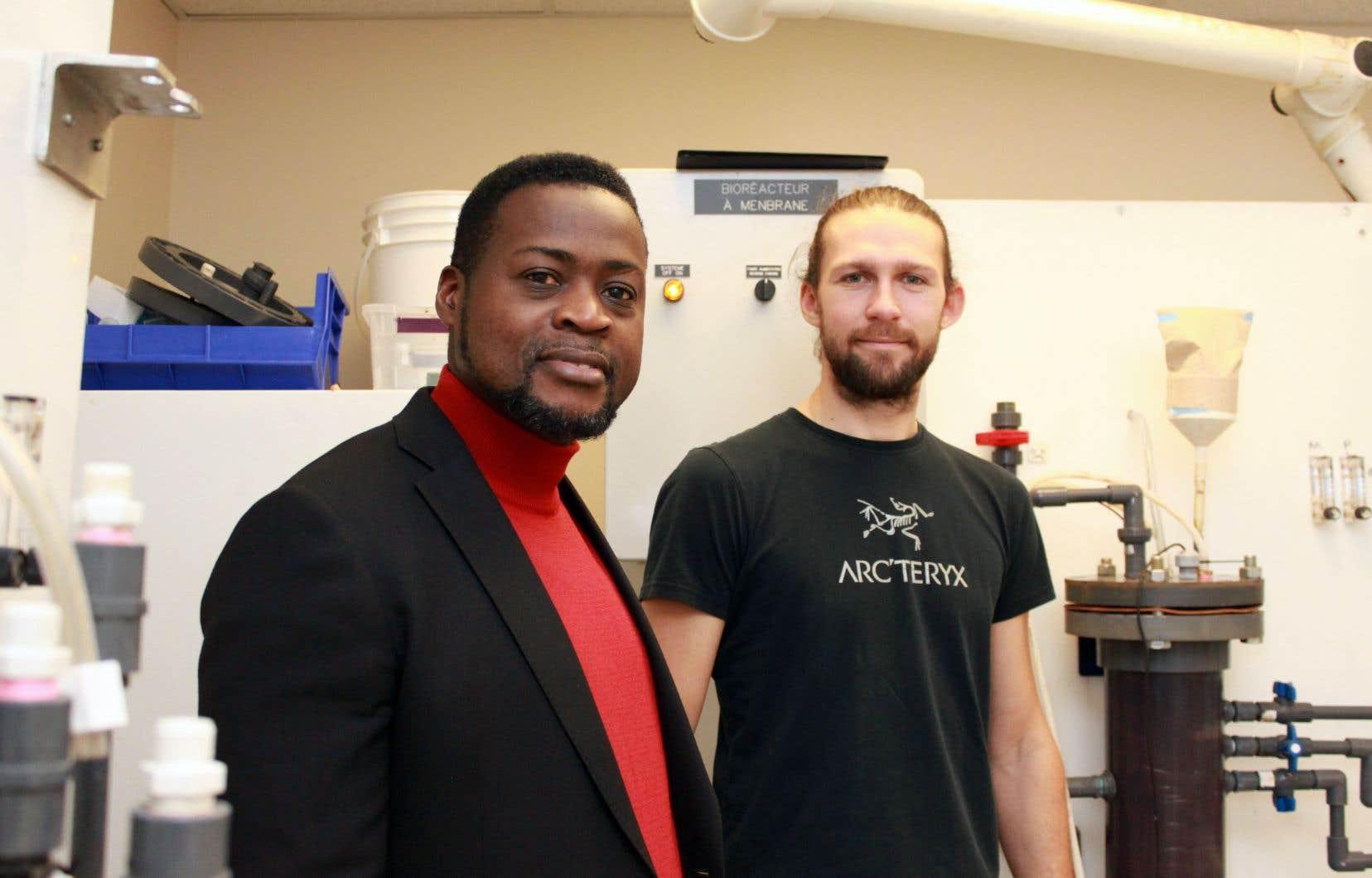 Le professeur et chercheur Patrick Drogui et l'étudiant au doctorat Dany Roy, dans leur laboratoire du Centre Eau Terre Environnement de l'INRS, à Québec