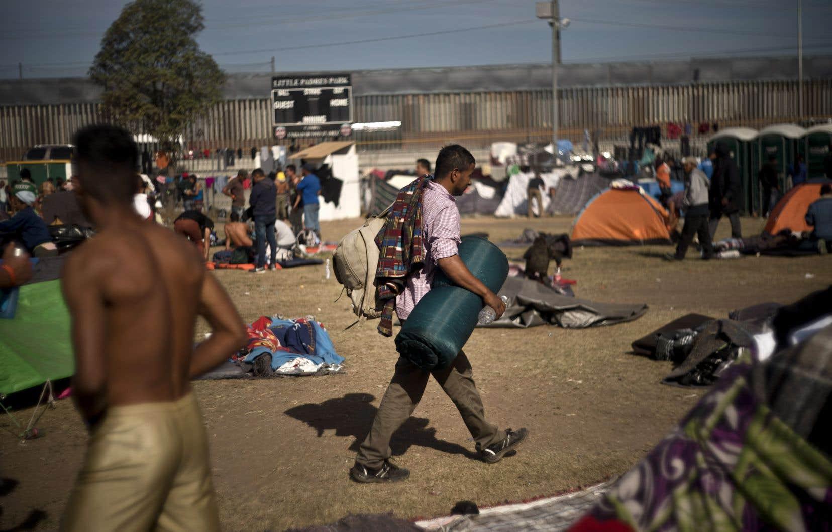 Les nouveaux arrivants ne trouvent plus de place dasn les refuges arrivés à saturation, et certains campements improvisés commencent à appraître aux alentours.