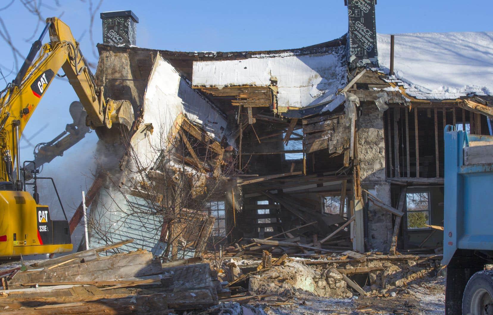 La maison Boileau, rare témoin de l'histoire des patriotes de 1837-1838, a été démolie jeudi matin par deux pelles mécaniques et des employés de la Ville de Chambly.