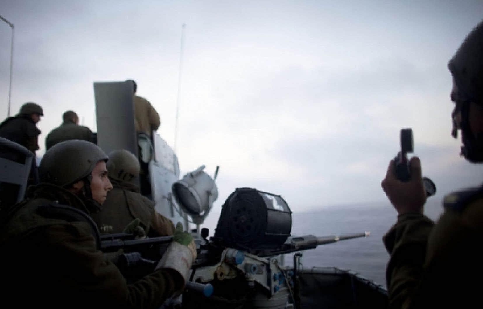 Un soldat israélien gardant à vue les navires humanitaires attaqués lundi.