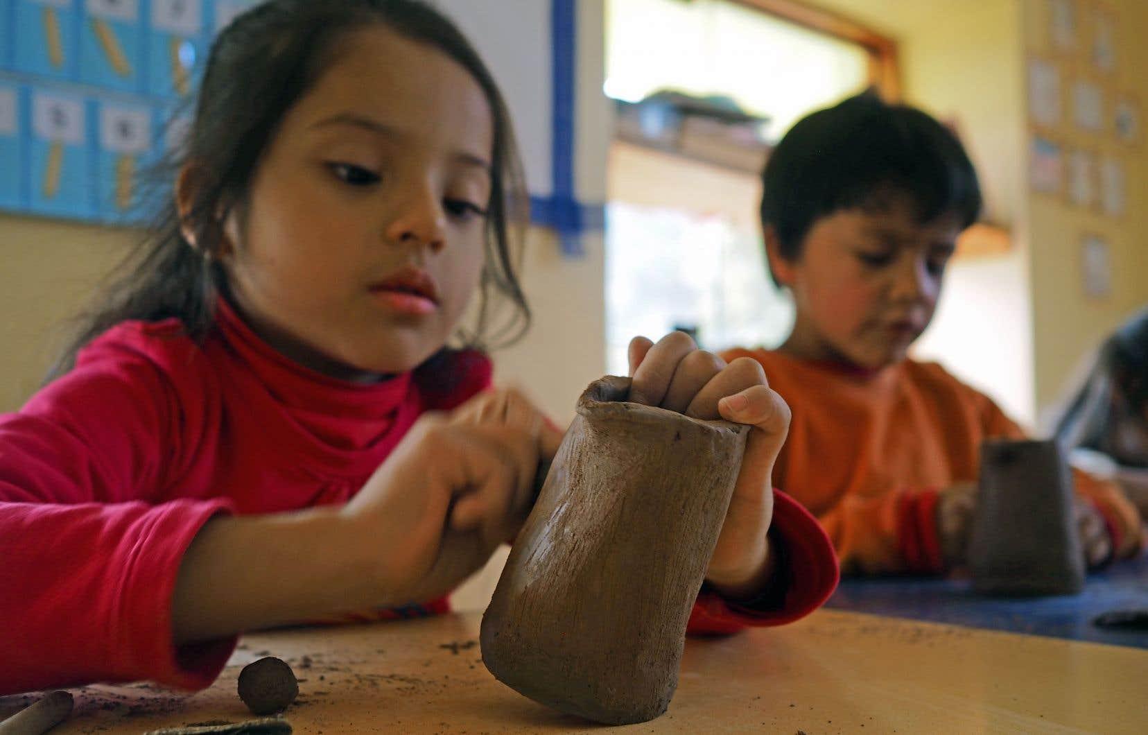 Des établissements comme Sol y Luna à Urubamba, dans la Vallée sacrée au Pérou, s'impliquent dans la communauté. Les propriétaires, Marie-Hélène (Petit) Miribel et Franz Schilter, ont ouvert une école interculturelle qui accueille 185 élèves provenant de 11 communautés.