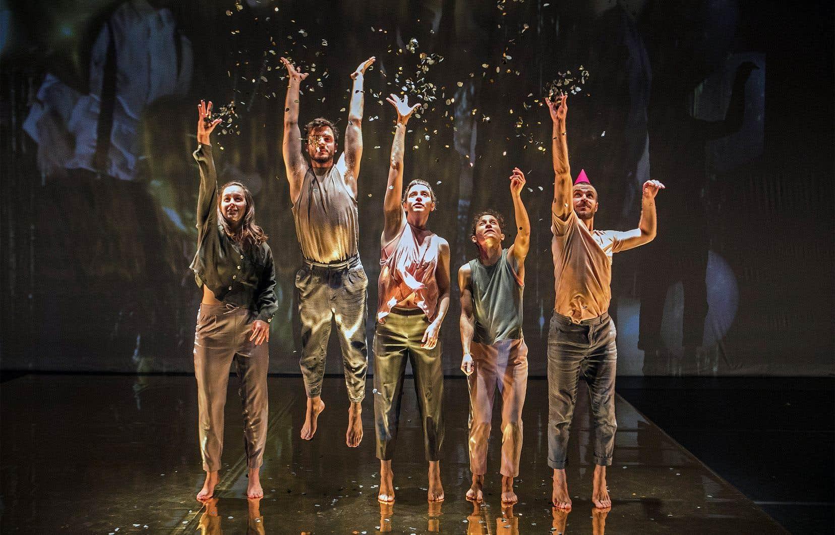 Les entrevues que Karine Ledoyen a réalisées avec d'anciens danseurs ont représenté la porte d'entrée de cette nouvelle création. Elles sont devenues une matière sonore et visuelle pour le spectacle, en plus de développer une trame narrative en résonance avec les danseurs sur scène.