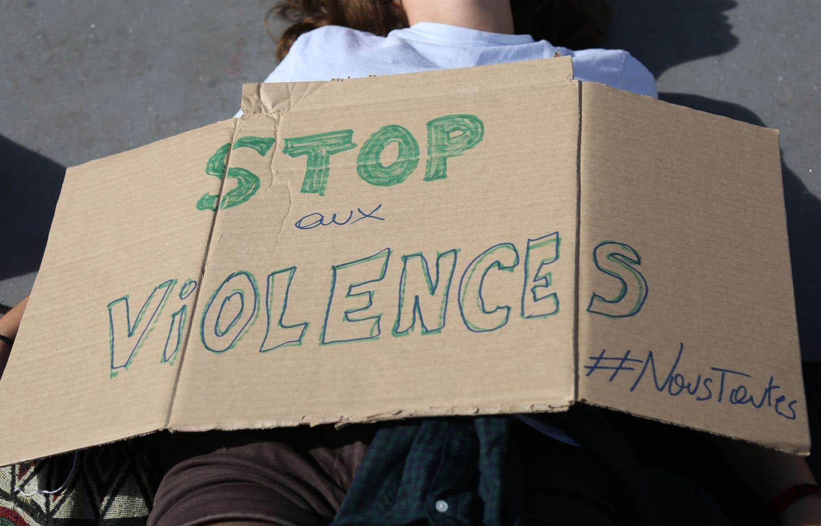 Dans une autre tribune, publiée vendredi par «Le Monde», une centaine de syndicalistes, femmes et hommes, indiquent qu'ils participeront à la mobilisation de samedi contre les violences faites aux femmes.