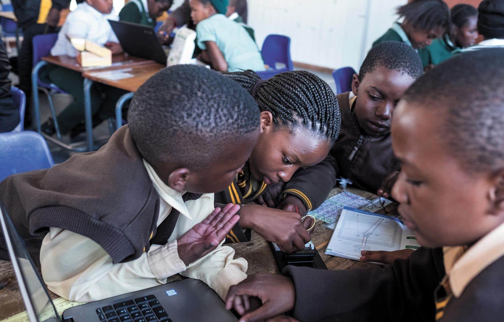 Dans le township densément peuplé d'Ivory Park, aux abords de la ville sud-africaine de Midrand, une soixantaine d'écoliers de onze ans s'affrontent dans leur club local de codage informatique.