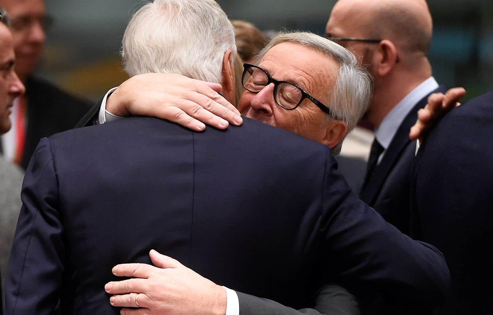 Le président de la Commission européenne, Jean-Claude Juncker (à droite), a serré dans ses bras le négociateur de l'Union européenne dans le dossier du Brexit, Michel Barnier, dimanche, à l'issue d'un mini-sommet à Bruxelles, en Belgique.