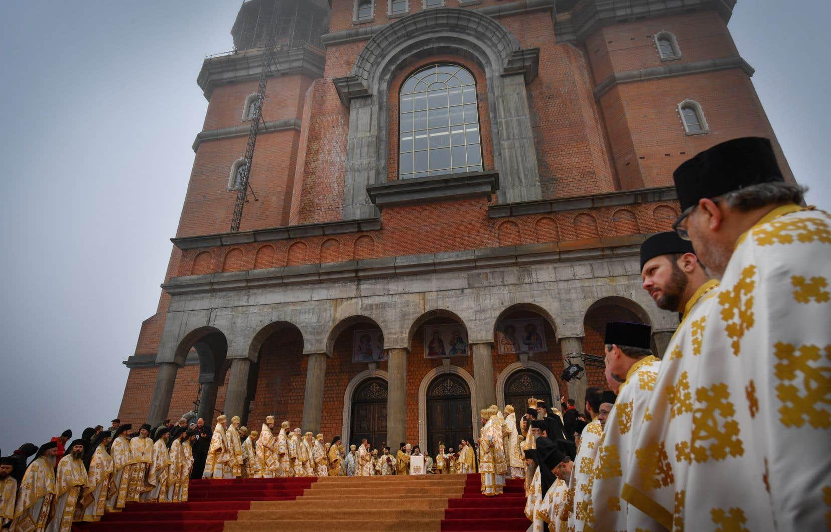 La cathédrale s'étale sur près de 14000m2 et peut accueillir jusqu'à 5000 fidèles.