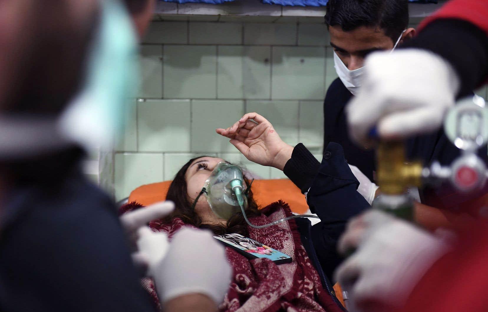 Selon un photographe de l'AFP, des dizaines de personnes, dont des femmes et des enfants, avaient afflué dans la nuit de samedi à dimanche vers un hôpital d'Alep.