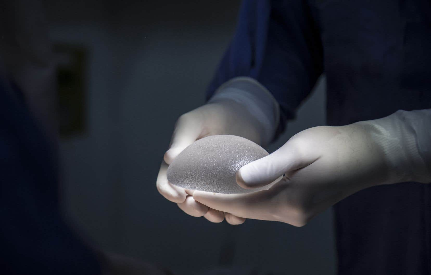 Ce sont les prothèses mammaires à enveloppe texturée qui sont mises en cause par l'Agence nationale du médicament en France(photo d'illustration).