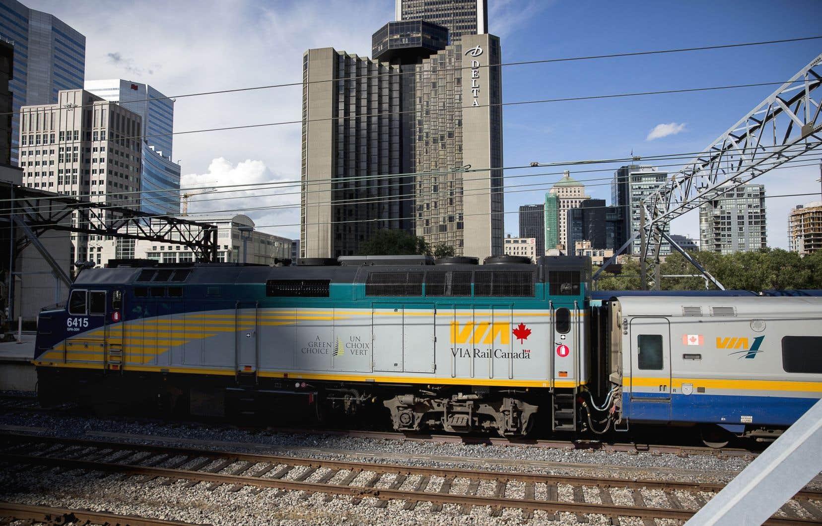 Chez VIA Rail, on précise que le nom de l'entreprise choisie pour le renouvellement de son parc de locomotives et de voitures pour le corridor ferroviaire entre Québec et Windsor serait connu en décembre.