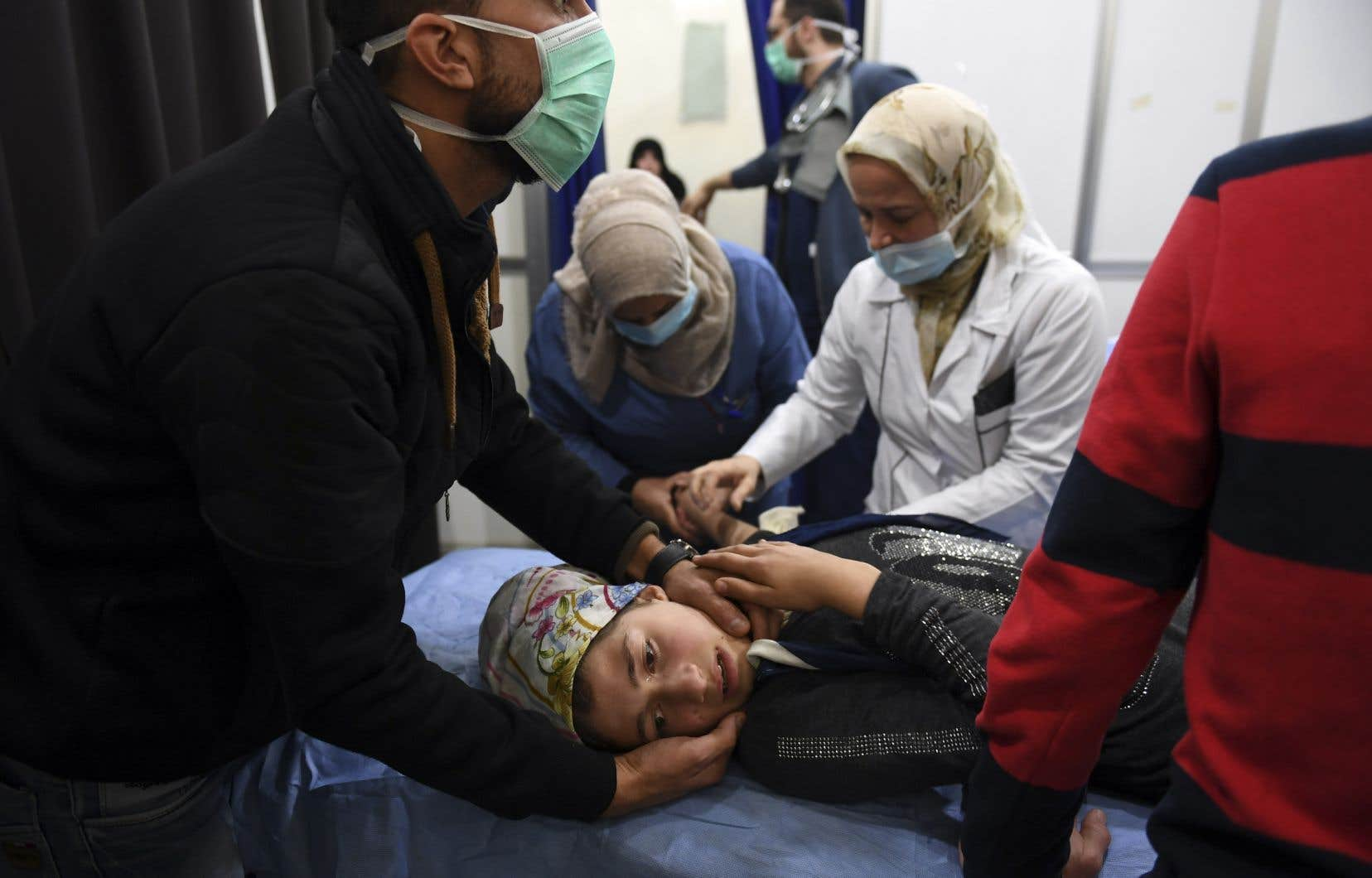 Une jeune fille syrienne est soignée dans un hôpital d'Alep. Des médias syriens officiels ont accusé l'opposition armée d'avoir lancé une attaque au «gaz toxique» sur la ville, ce que les rebelles ont nié.