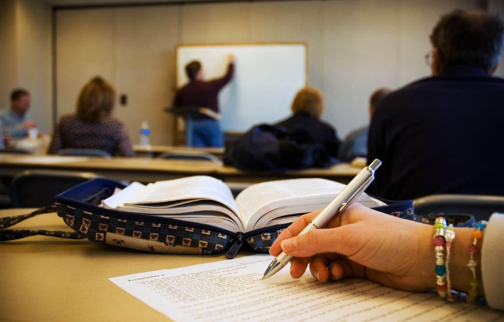 Les adultes qui retournent sur les bancs d'école — dont plusieurs éprouvent des difficultés d'apprentissage — ont bien besoin de soutien, mais les professionnels se font rares dans les centres d'éducation aux adultes.