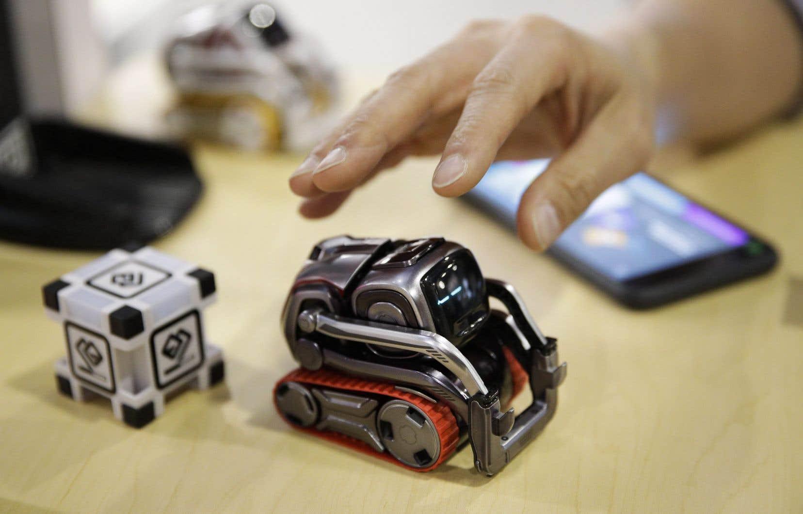 Le chien-robot Cozmo, produit par la société américaine Anki, répond et interagit selon les déplacements, les mots et les actions de l'enfant.