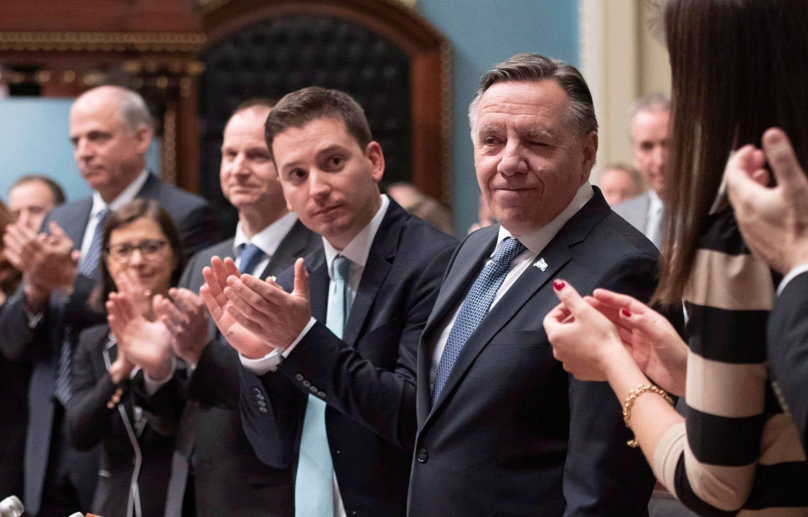 Le premier ministre François Legault applaudi par ses députés et ministres à l'occasion de la lecture de son premier discours inaugural.