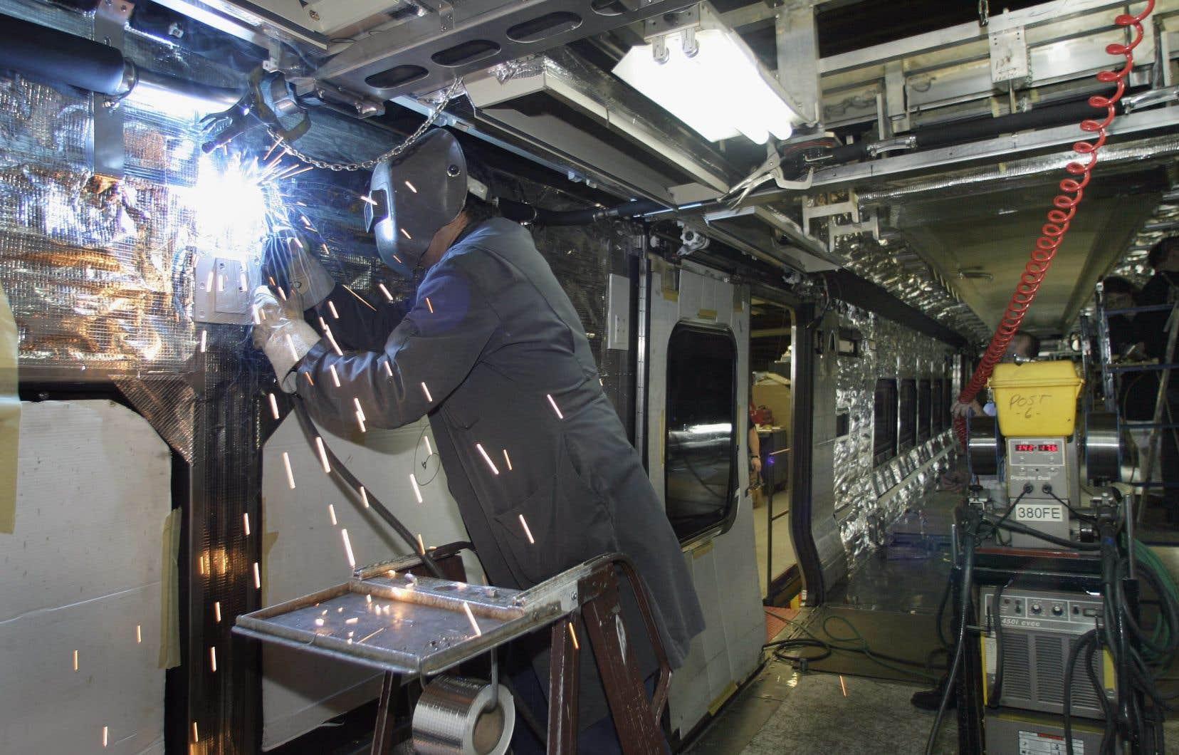 Des médias ont rapporté que le gouvernement fédéral allait accorder un contrat d'un milliard de dollars pour des trains de VIA Rail à une usine du concurrent allemand Siemens en Californie.