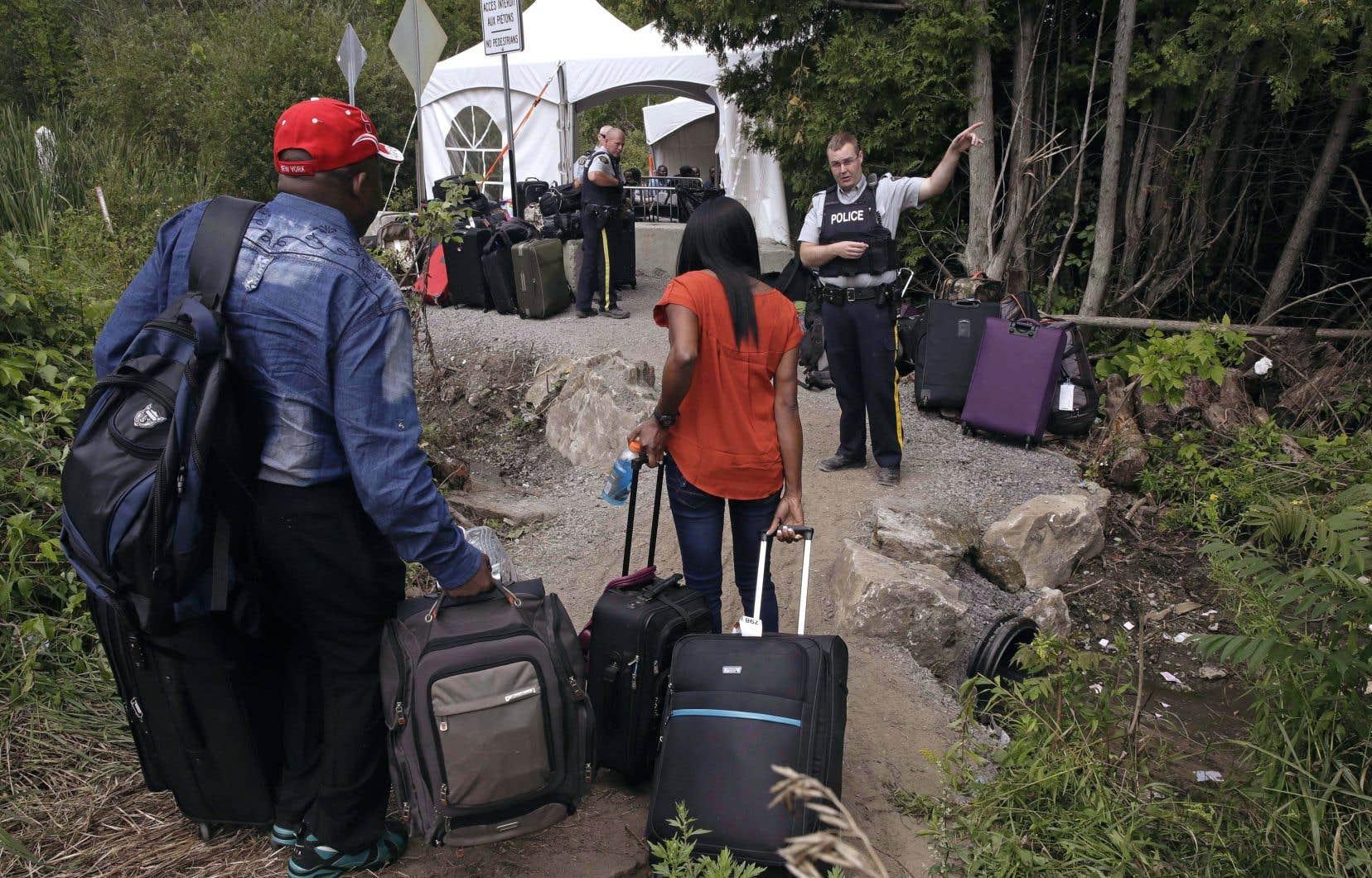 Le directeur parlementaire du budget a calculé combien Ottawa doit débourser pour l'ensemble du processus de demandes d'asile, de l'entrée d'un migrant au chemin Roxham jusqu'à ce que sa demande soit traitée.