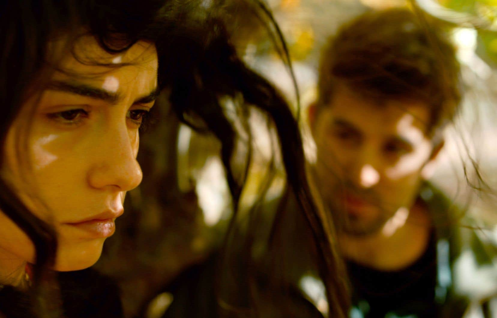 Rencontre clandestine entre Sinan et Hatice, une ancienne camarade de classe. Dissimulés par un arbre, ils échangent: elle lui remet son arrogance sous le nez, il interroge ses choix sans réaliser qu'elle n'est guère maîtresse de son destin…
