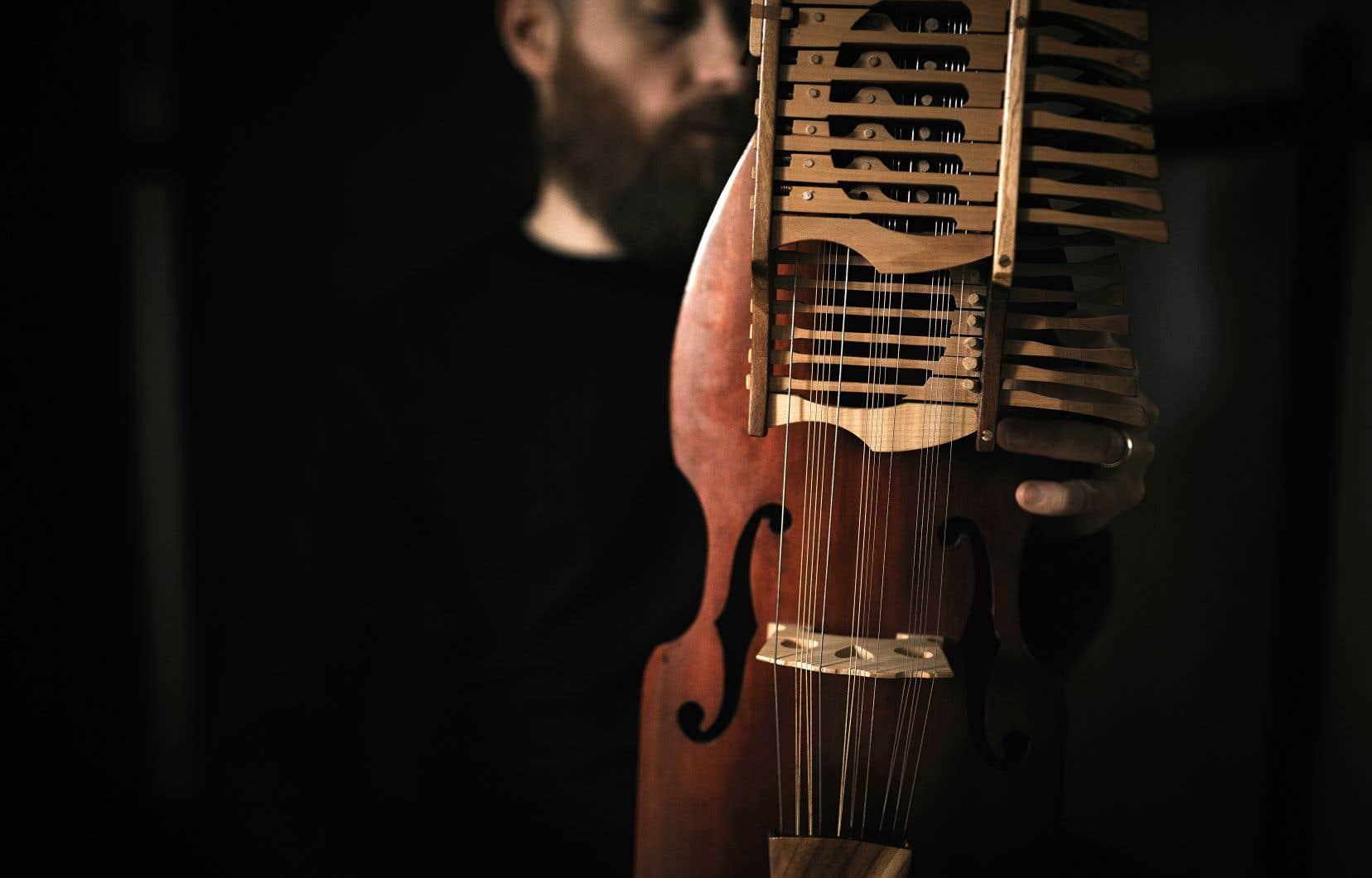 Le nyckelharpa, un instrument ancien, est pratiquement tombé en désuétude avant qu'une poignée d'enthousiastes ne le réchappe des oubliettes du temps dans les années 1960.