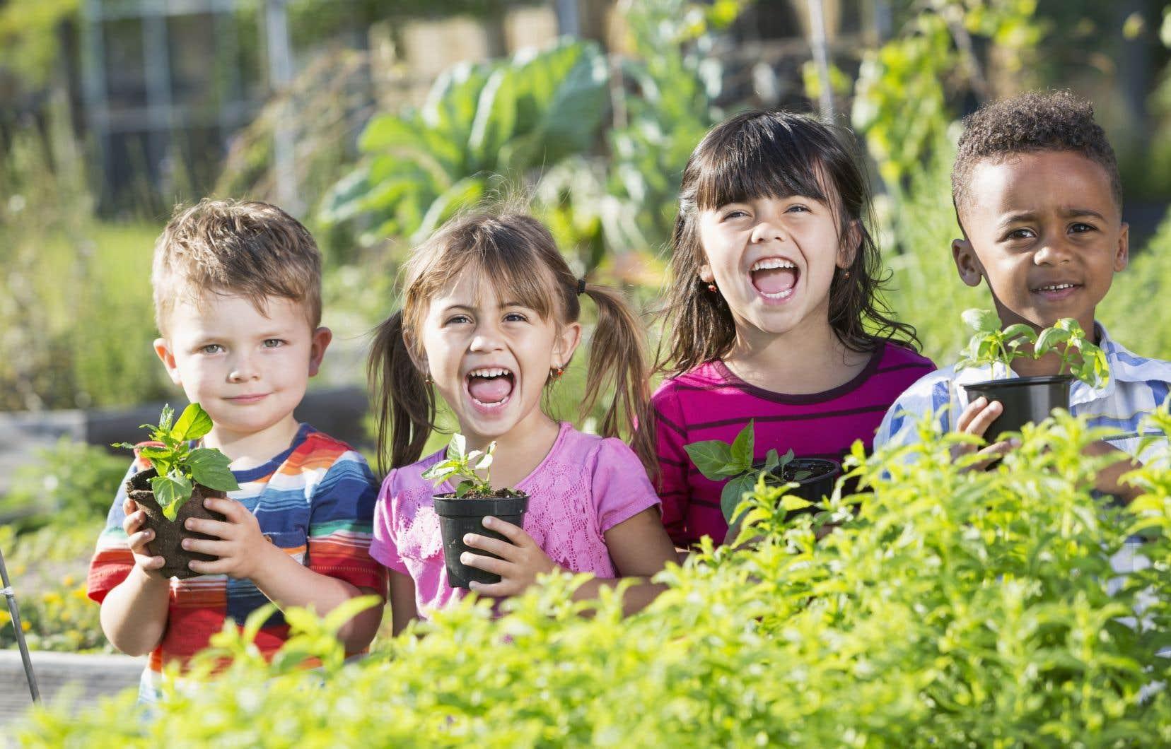 Si apprendre à cuisiner le plus tôt possible peut donner envie aux enfants de goûter à de nouveaux aliments et de mettre la main à la pâte lors de la préparation des repas en favorisant l'estime de soi, il y a fort à parier qu'il en est de même lorsqu'on les invite à passer du côté jardin.