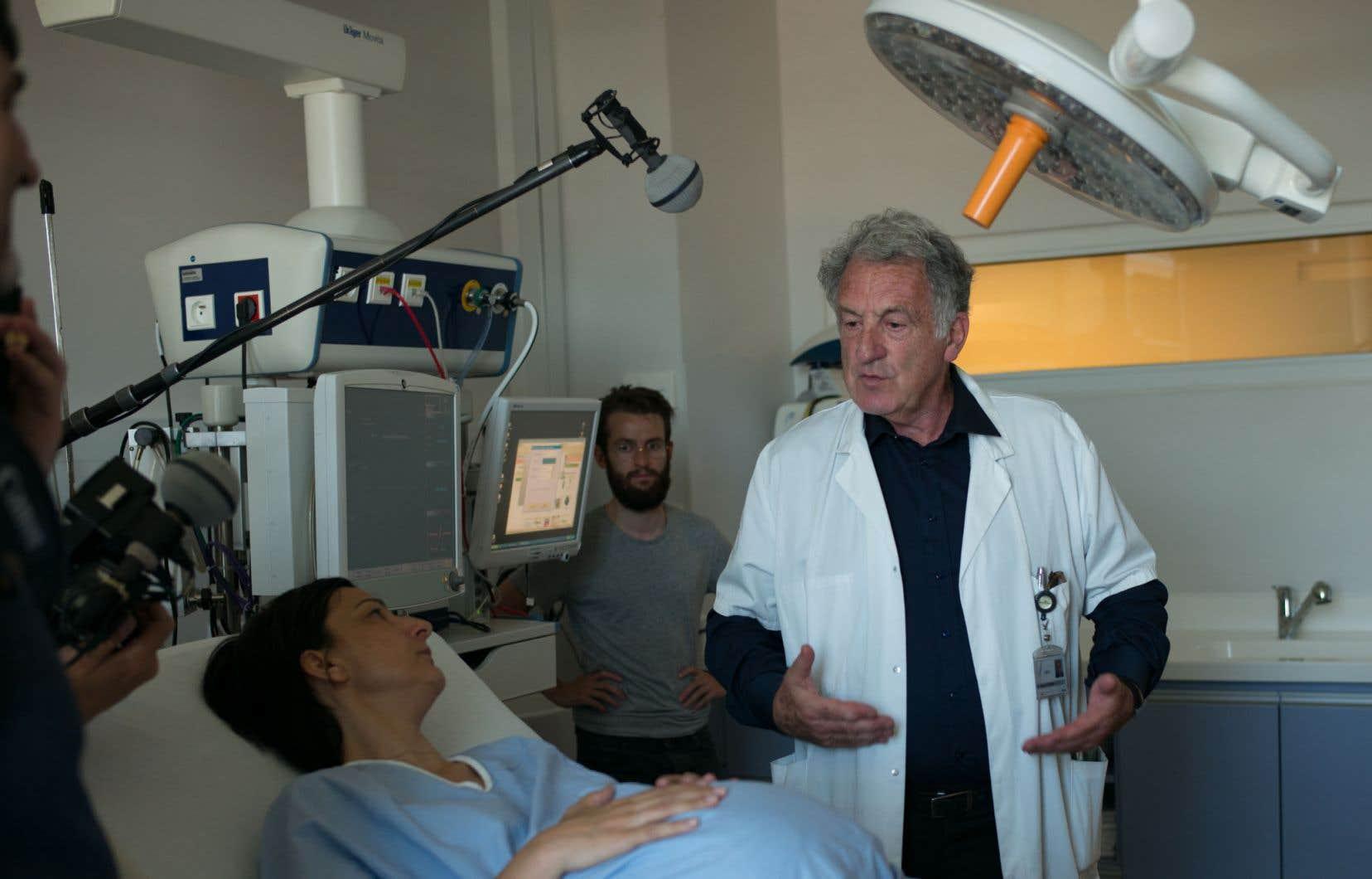 Le DrRené Frydman discute avec la réalisatrice Raphaëlle Catteau pendant le tournage du documentaire.