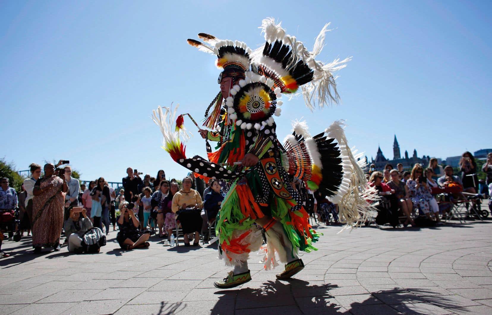 Ces pratiques liées aux langues autochtones peuvent relever de la danse, du conte, du chant, ou même des façons de traiter le territoire. Sur cette photo, un homme présente une danse traditionnelle à l'occasion de la Journée nationale des peuples autochones du Canada.