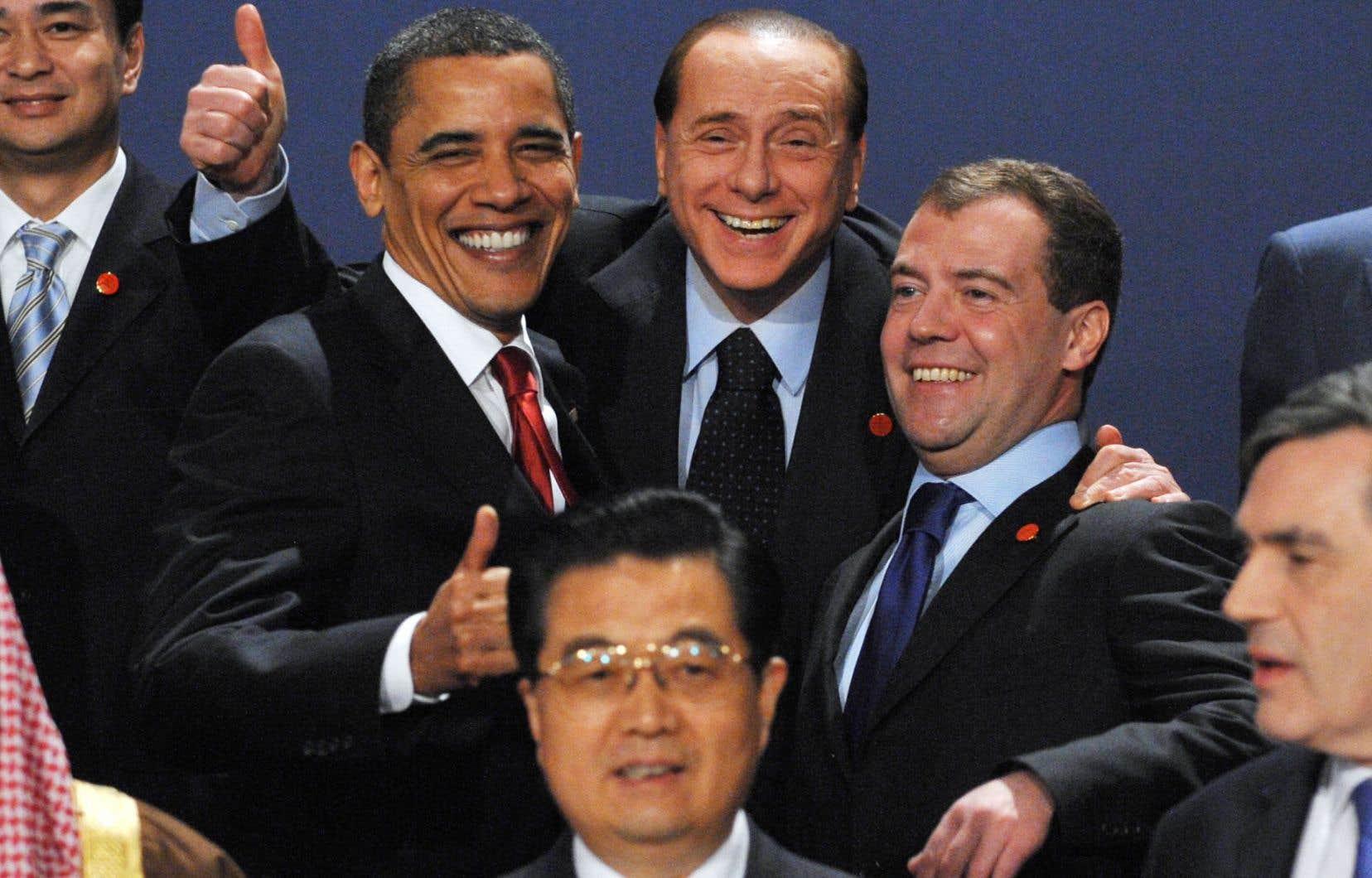 Le président chinois Hu Jintao (en avant-plan) a pris la pose pendant une des premières réunions au sommet du G20, à Londres, en 2009, avec notamment le président américain Barack Obama, le premier ministre italien Silvio Berlusconi et le président russe Dmitry Medvedev.