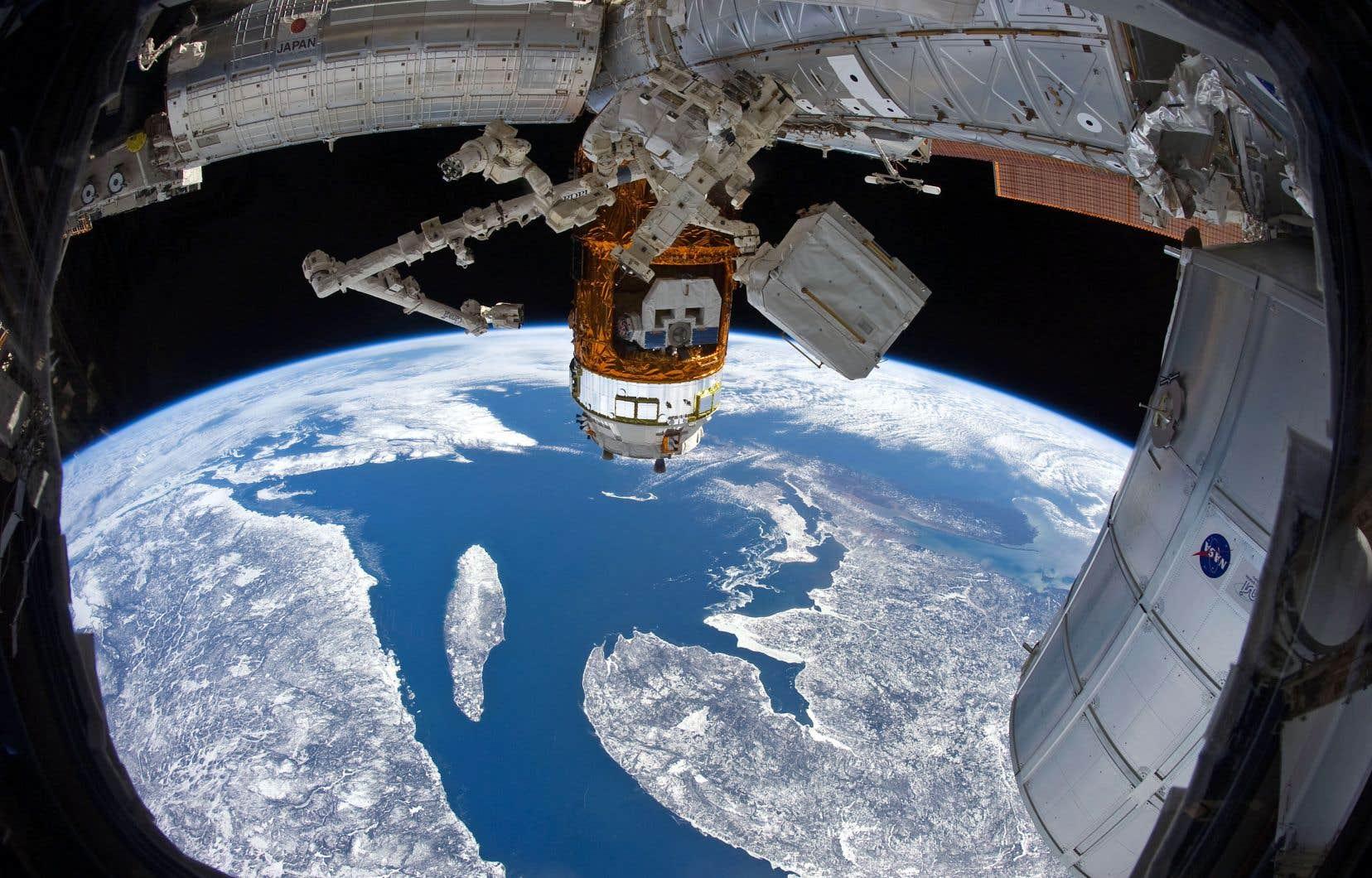 Situé directement sous la Station spatiale internationale, l'archipel des îles de la Madeleine est coupé du monde après qu'une tempête eut sectionné un câble de fibre optique.