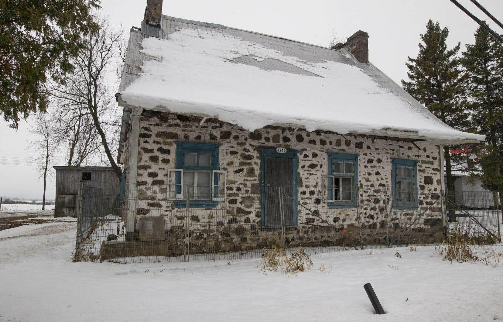 Malgré son inscription au registre des biens culturels du Québec depuis 1977 et les demandes de restauration du ministère de la Culture au propriétaire, la maison Charbonneau, immeuble patrimonial, se dégrade en raison de l'inaction des deux acteurs.