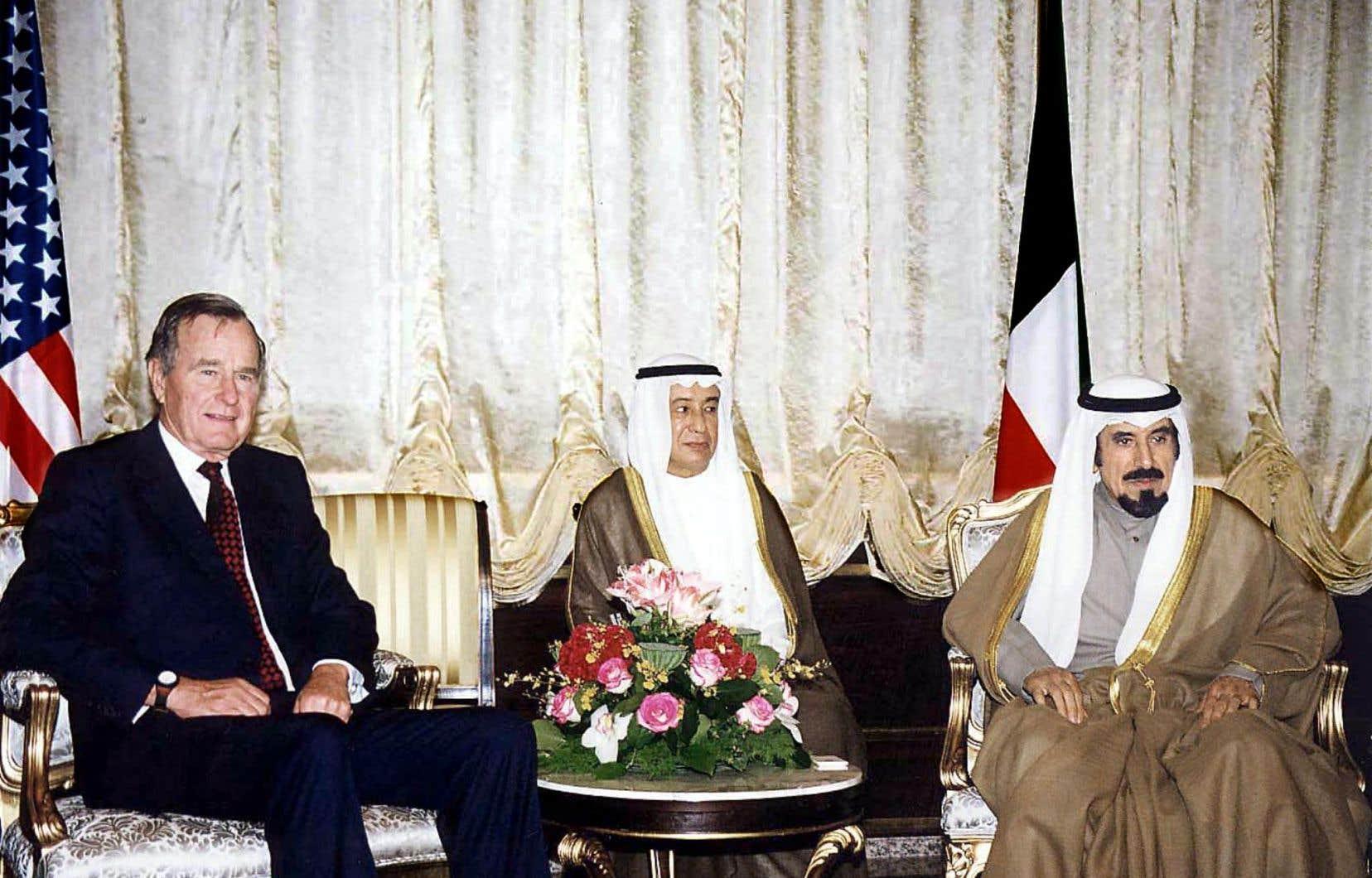 L'émir du Koweït Cheikh Jaber al-Ahmed al-Sabah (à droite) reçoit l'ancien président américain George H.W. Bush, le 1er décembre 1998.