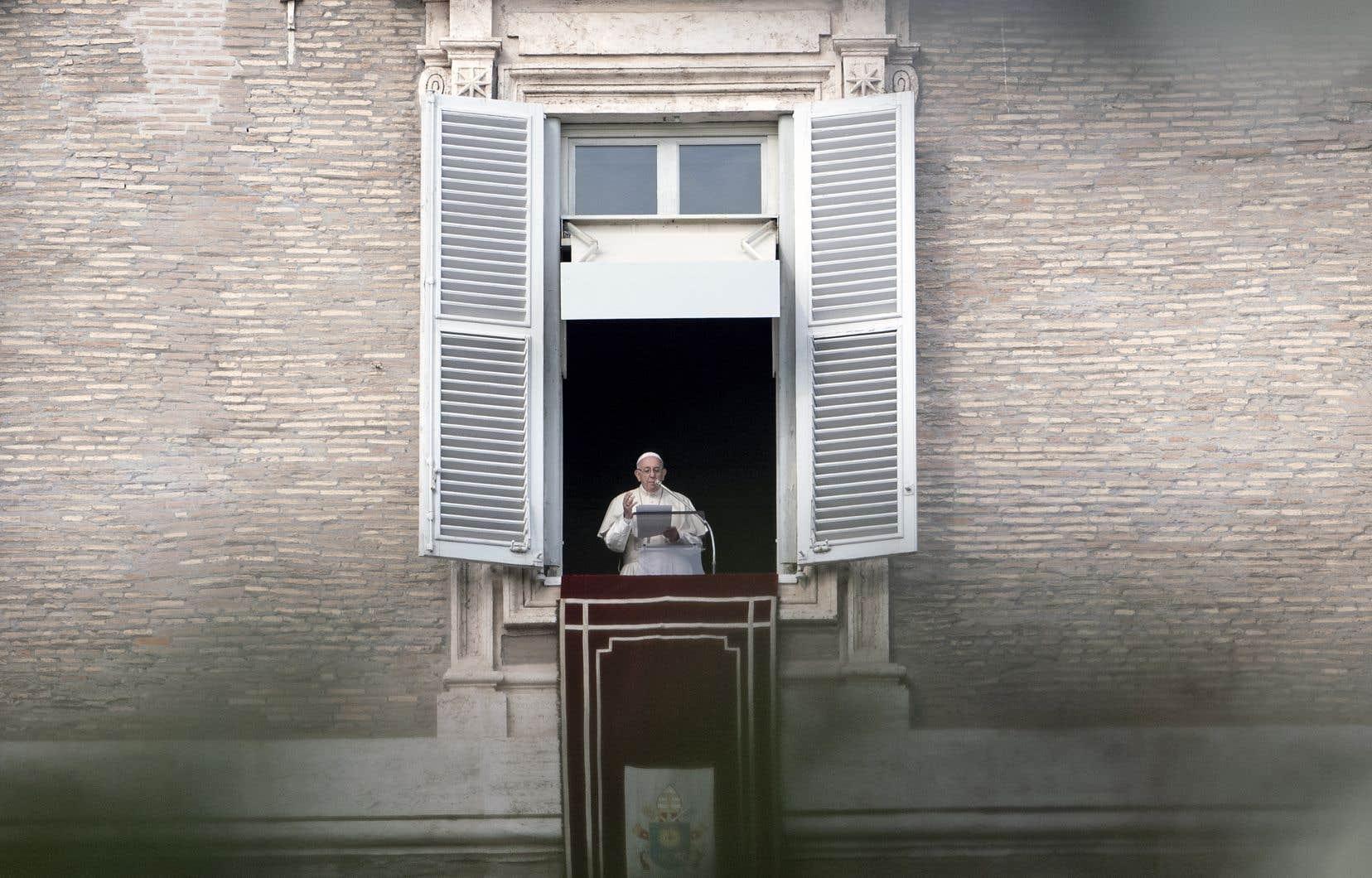 Le pape François à la fenêtre de ses appartements donnant sur la place Saint-Pierre, dimanche