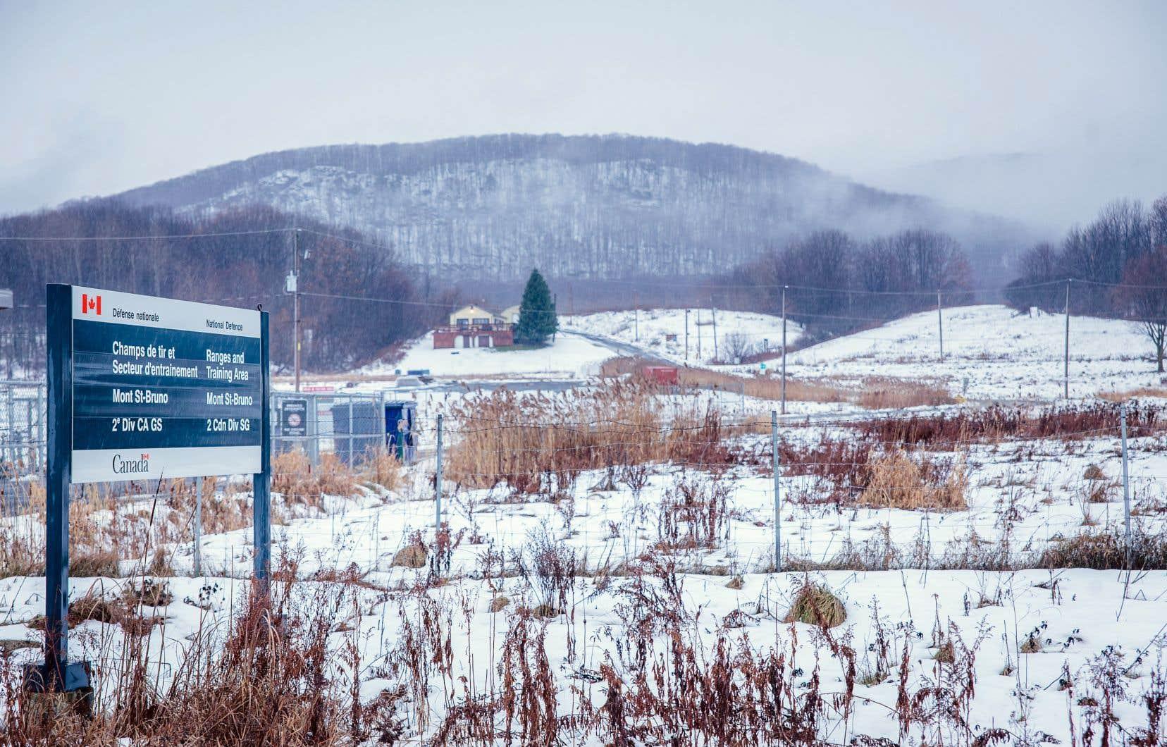 Avant d'envisager une annexion de l'ancien champ de tir au parc national du Mont-Saint-Bruno, le ministère de la Défense doit procéder à une consultation officielle avec tous les groupes intéressés.