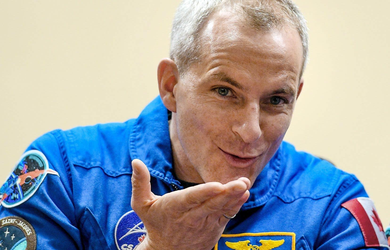 L'astronaute québécois David Saint-Jacques envoie un baiser lors de la conférence de presse à la base de Baïkonour, au Kazakhstan.