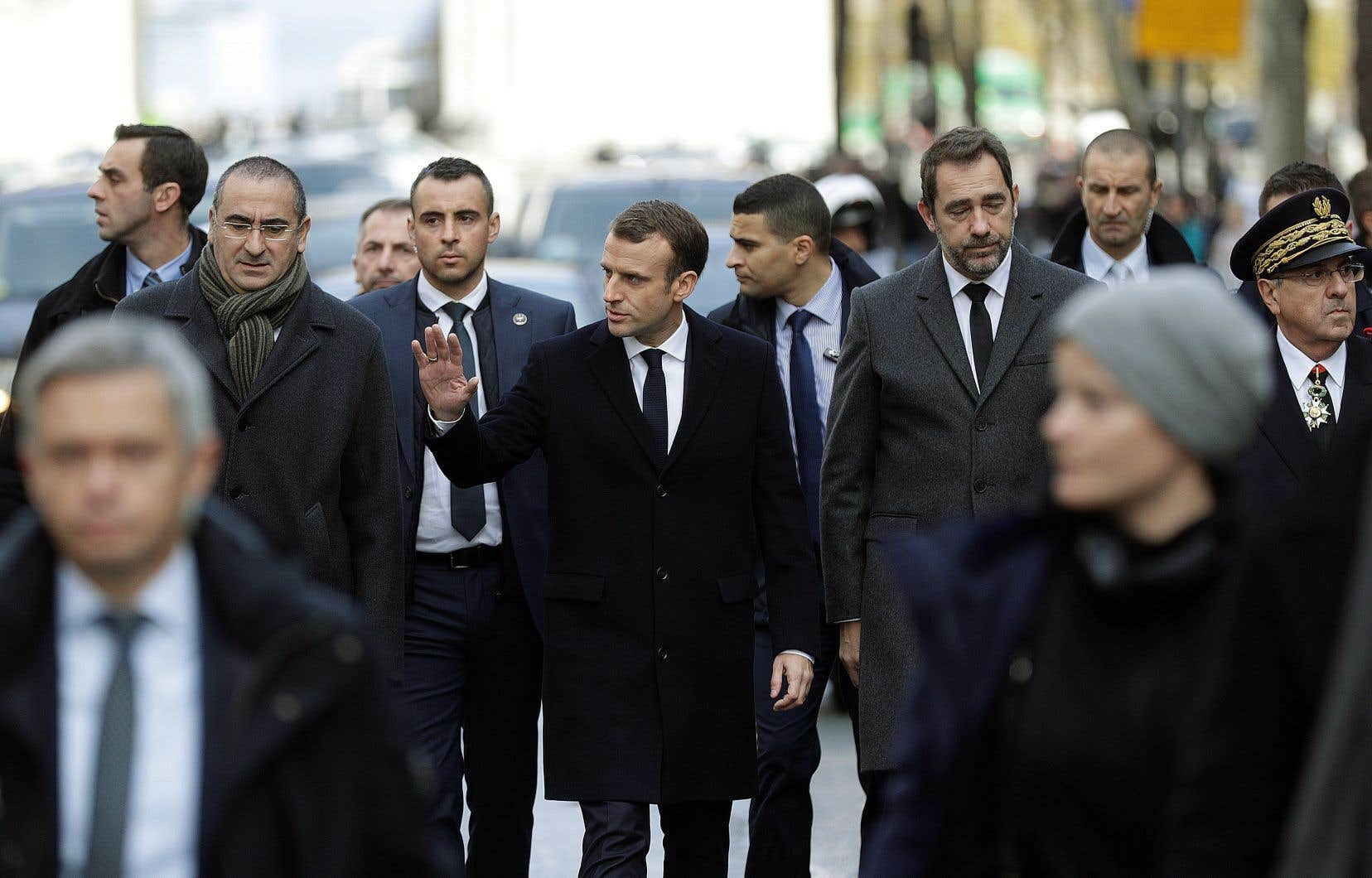 Le président de la République aux côtés notamment de son ministre de l'Intérieur, Christophe Castaner (à droite), à Paris, au lendemain des émeutes du 1erdécembre