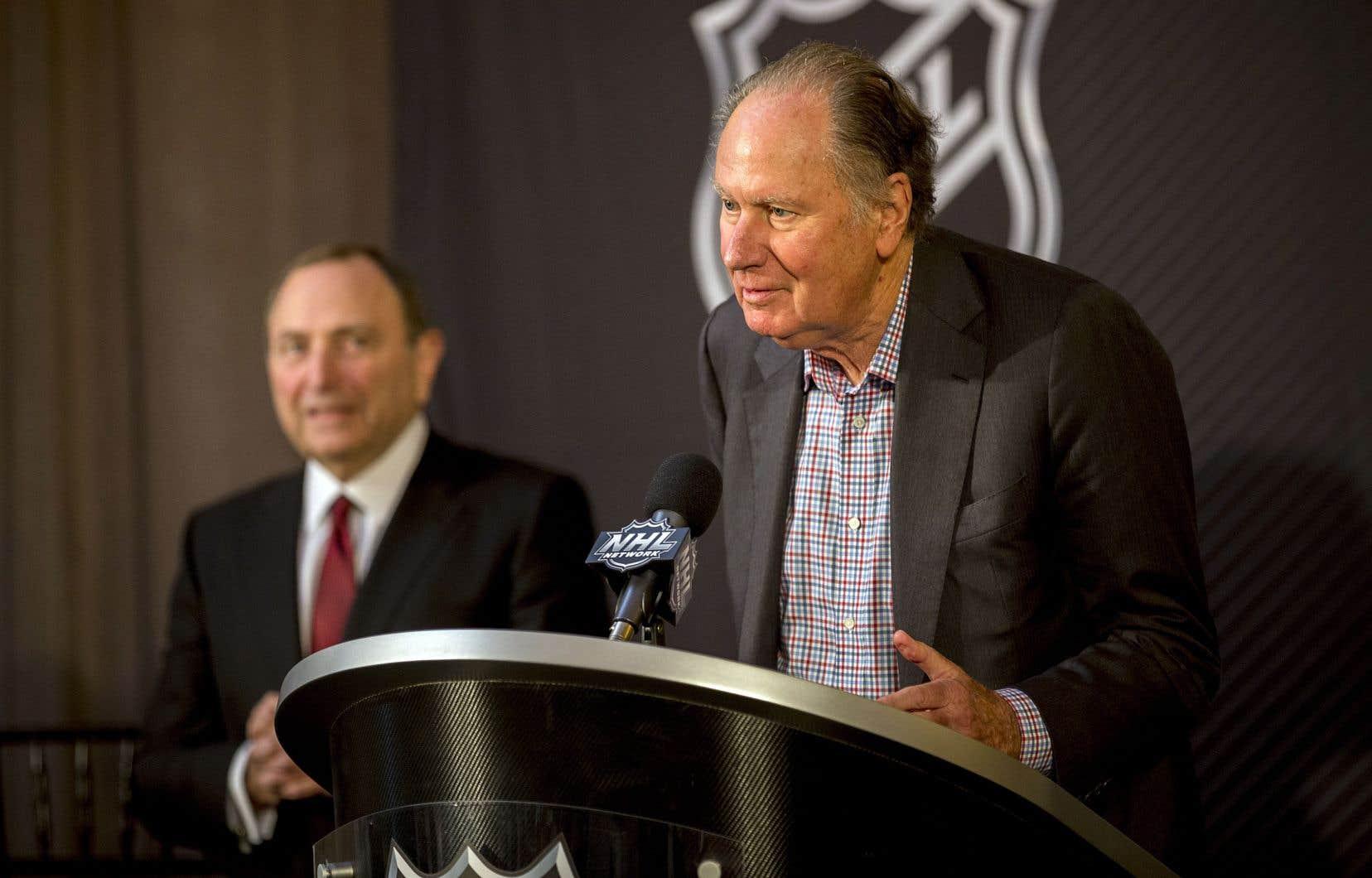 Le propriétaire de la future équipe de Seattle, David Bonderman, s'est adressé aux médias en compagnie du commissaire de la Ligue nationale de hockey, Gary Bettman.