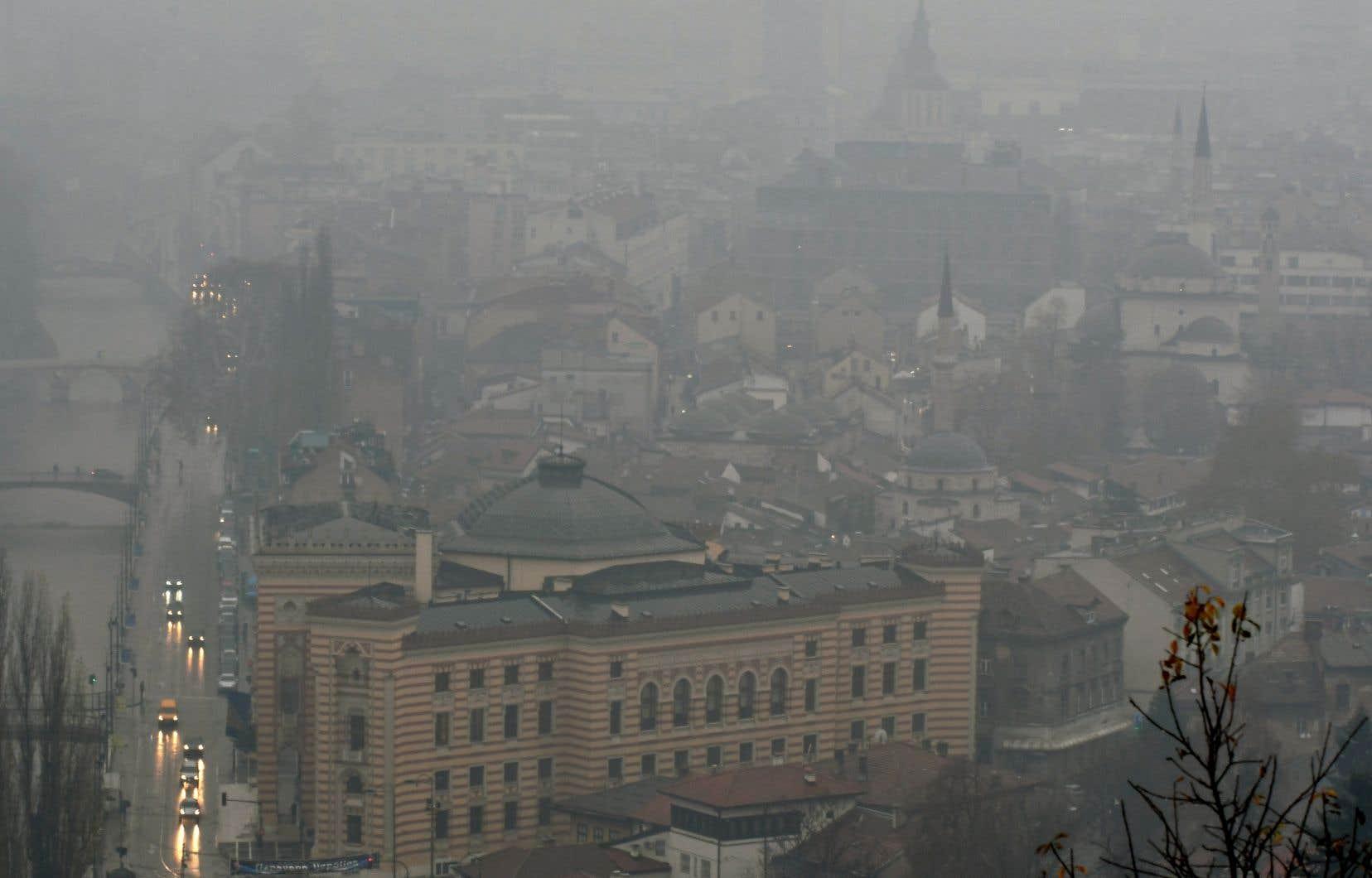 La ville de Sarajevo se cache sous un nuage blanc.
