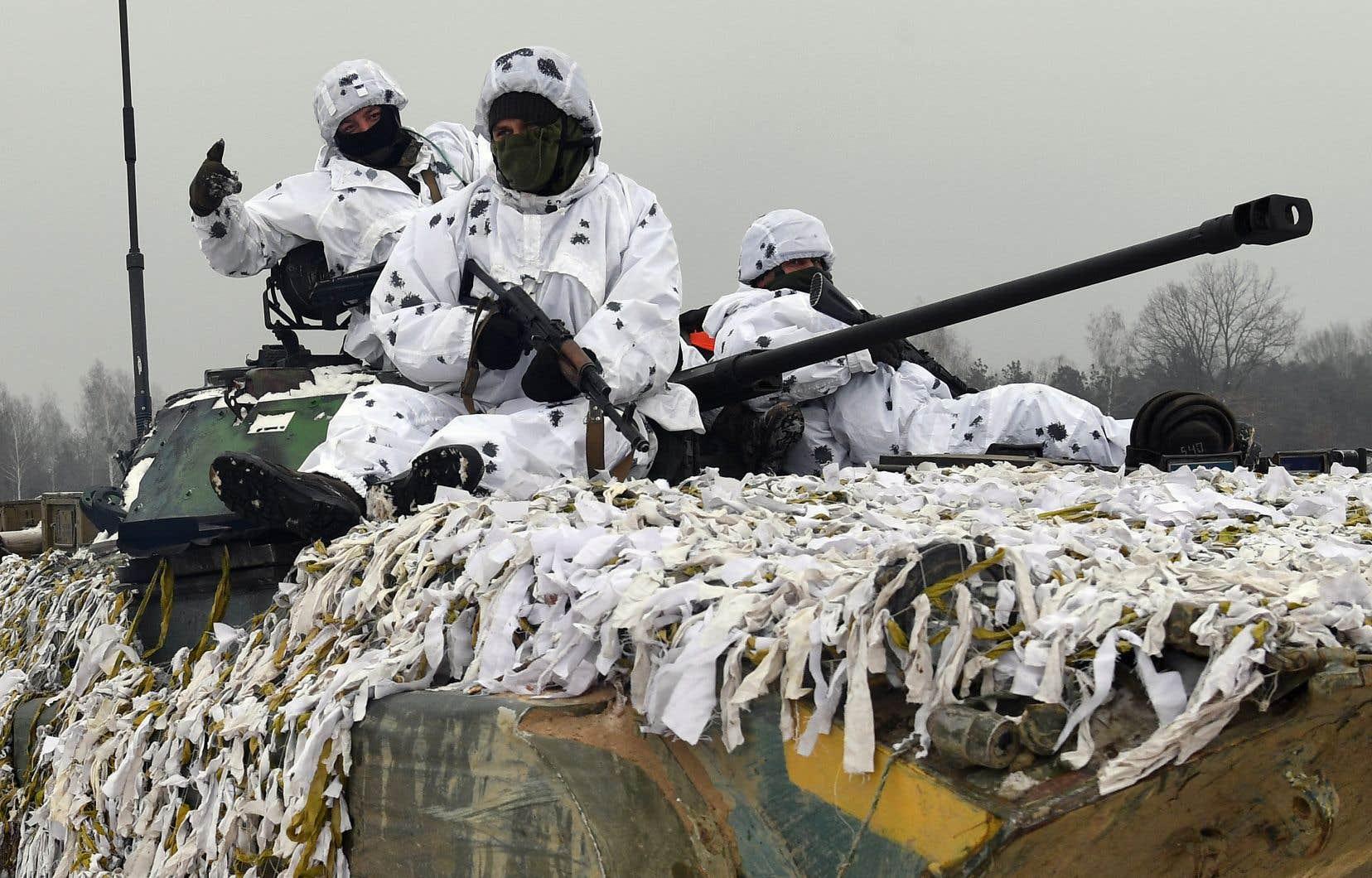 Des soldats ukrainiens lors d'un exercice militaire, près de la frontière russe