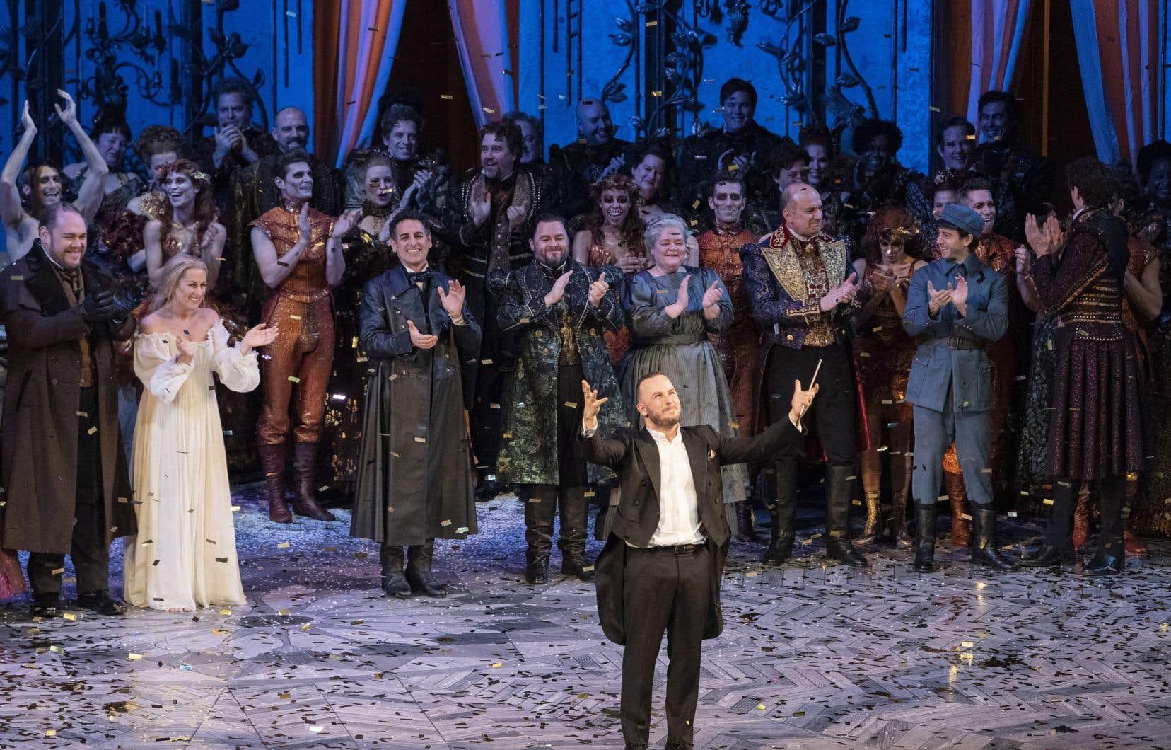 Des confettis dorés ont été largués sur Yannick Nézet-Séguin lors de son salut, et l'orchestre est revenu sur scène pour faire des révérences derrière lui.