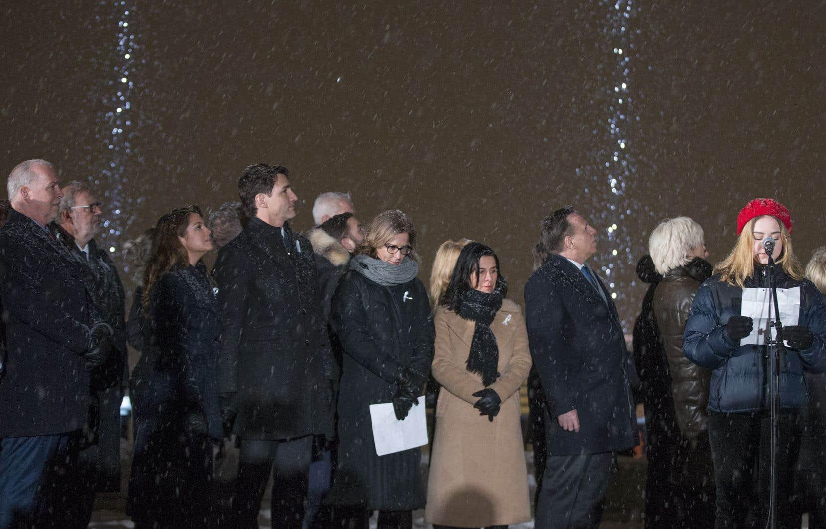 Sous une légère neige sur le mont Royal, élus, familles et proches de victimes, militants et étudiants se sont recueillis.