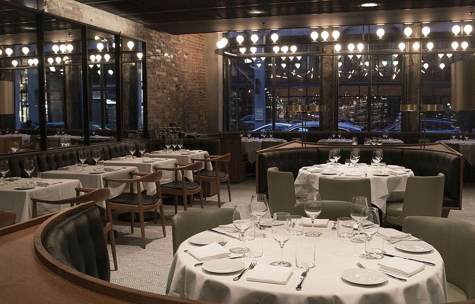De la porte d'entrée, rue Saint-Jacques, on peut apercevoir à l'autre extrémité du restaurant les grandes baies vitrées qui donnent sur la rue Notre-Dame.
