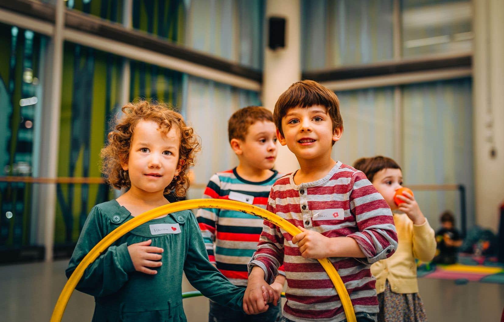 À l'Agora de la danse, le PopupCamp n'est pas une halte-garderie traditionnelle: l'atelier donné aux enfants, par un ou une interprète qui a des compétences en enseignement de la danse auprès des jeunes, est généralement en lien avec ce que les adultes sont en train de vivre dans la salle attenante.