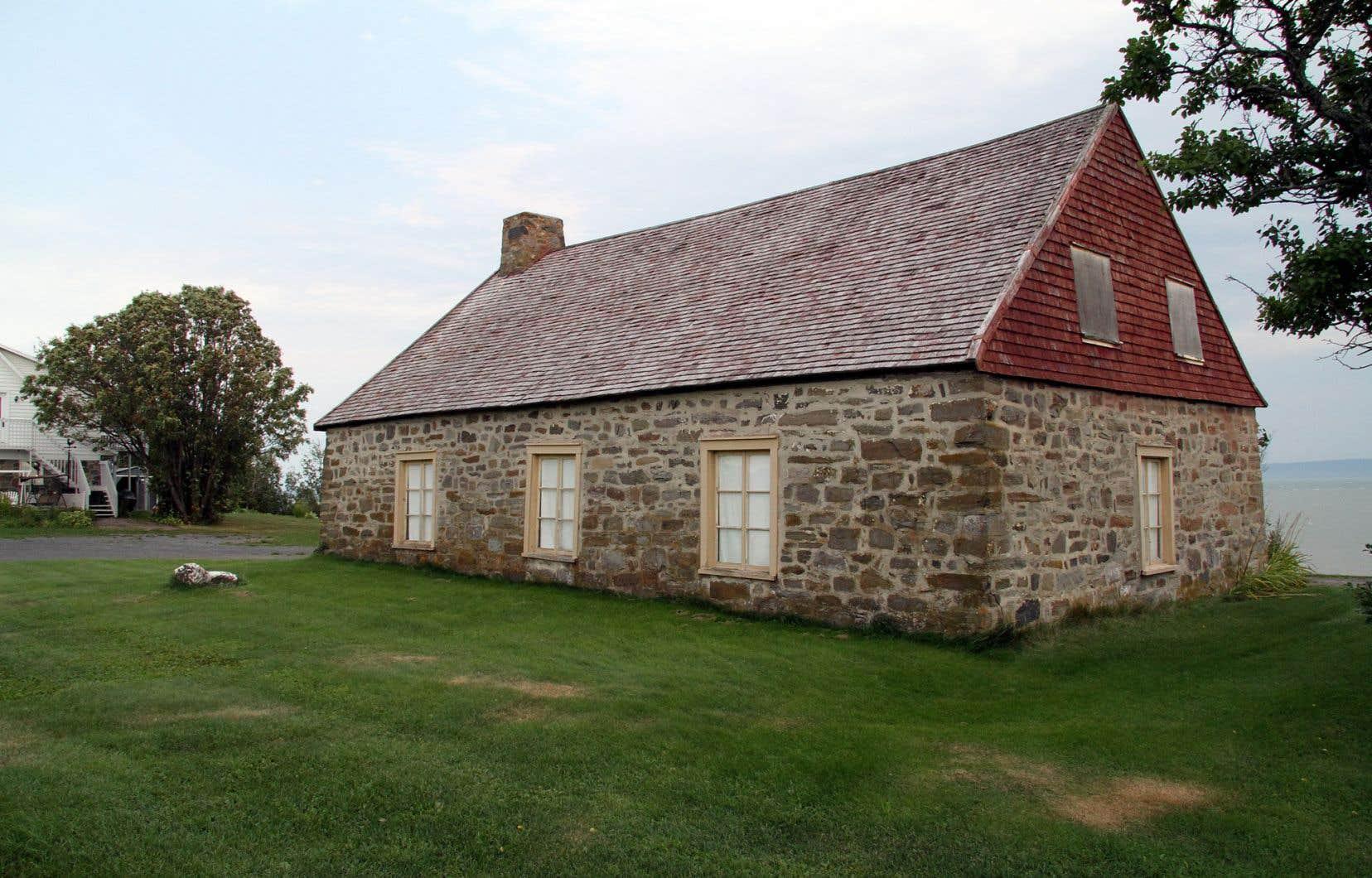 Dans la région de Charlevoix, sur une dizaine de bâtiments classés à titre de monuments historiques par nos gouvernements, trois étaient dans un état jugé inquiétant, dont la maison Leclerc à l'île aux Coudres (sur la photo), souligne l'auteur.