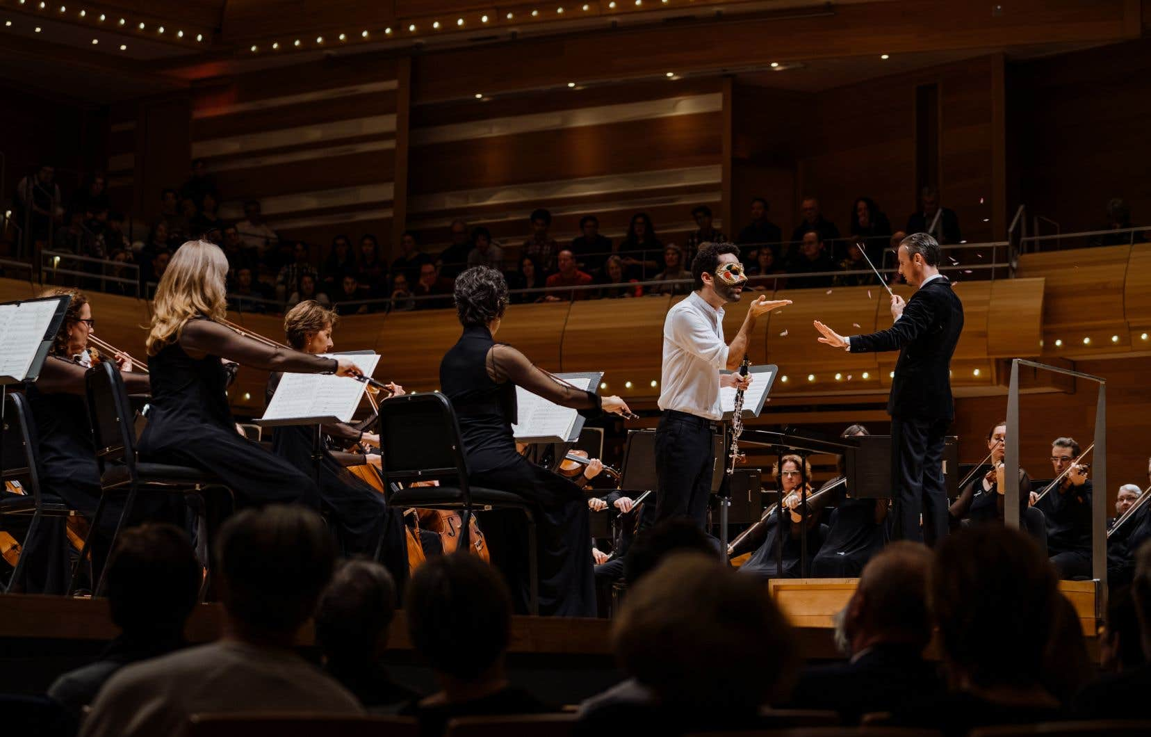 La surprise de la soirée fut ce concerto pour clarinette suédois contemporain dans lequel le soliste, l'exceptionnel David Dias da Silva, est aussi acteur ;le clarinettiste étant tantôt lui-même, tantôt un paon identifié par le port d'un masque.