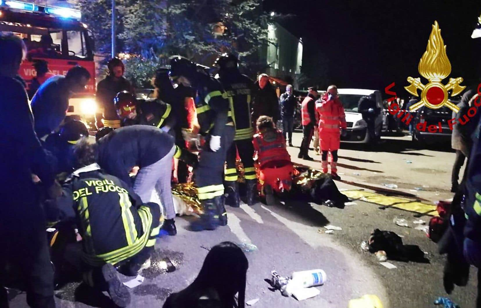 Dans la nuit, les alentours de la discothèque ont été le théâtre d'un va-et-vient d'ambulances et de secouristes au milieu des cris et des pleurs des proches des victimes.