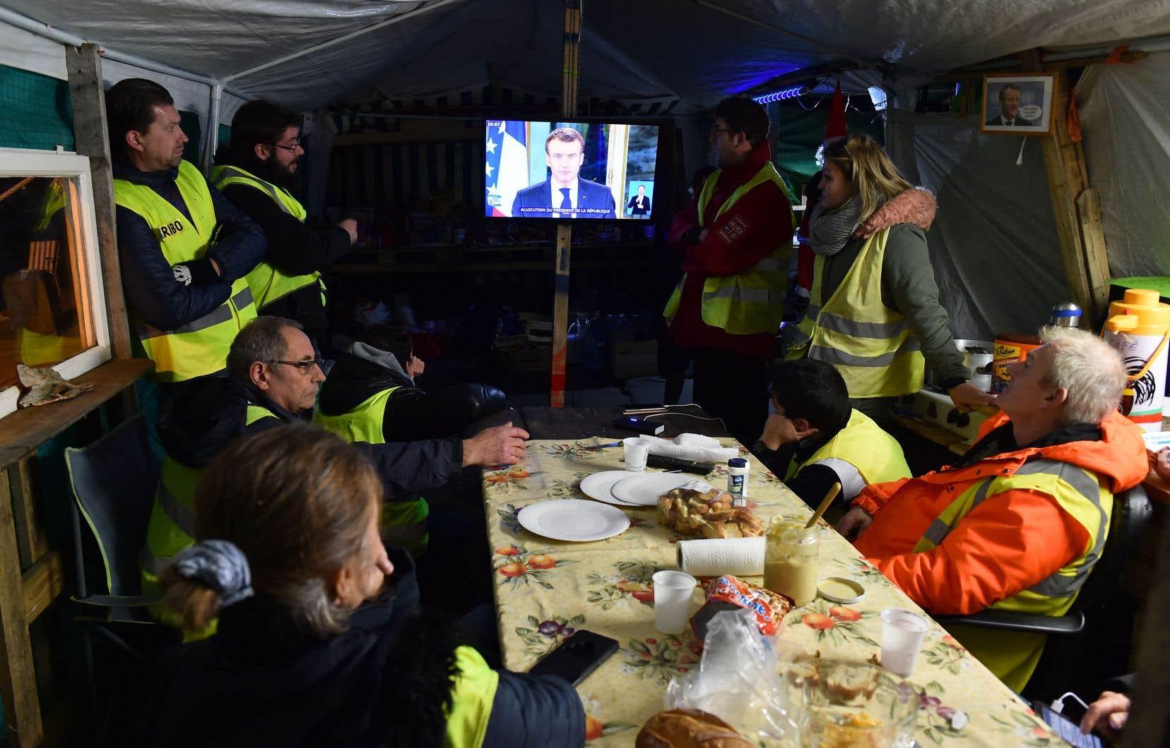 Des manifestants ont écouté le discours d'Emmanuel Macron dans leur camp de fortune à Montabon, dans le département de la Sarthe.