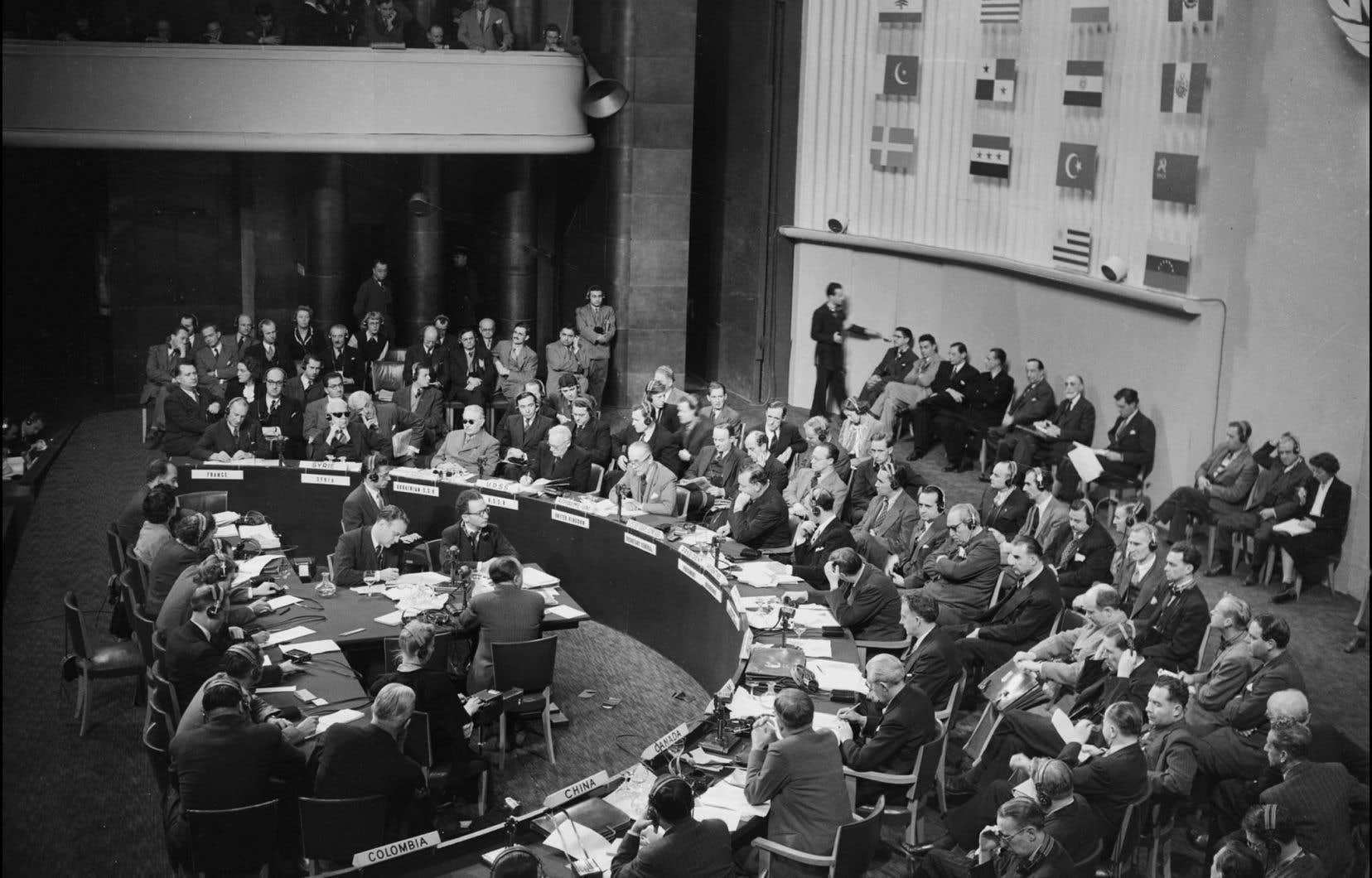 La Déclaration universelle des droits de l'homme a été adoptée lors de la troisième session de l'Assemblée générale des Nations unies, qui s'est déroulée entre septembre et décembre 1948, au palais Chaillot, à Paris.