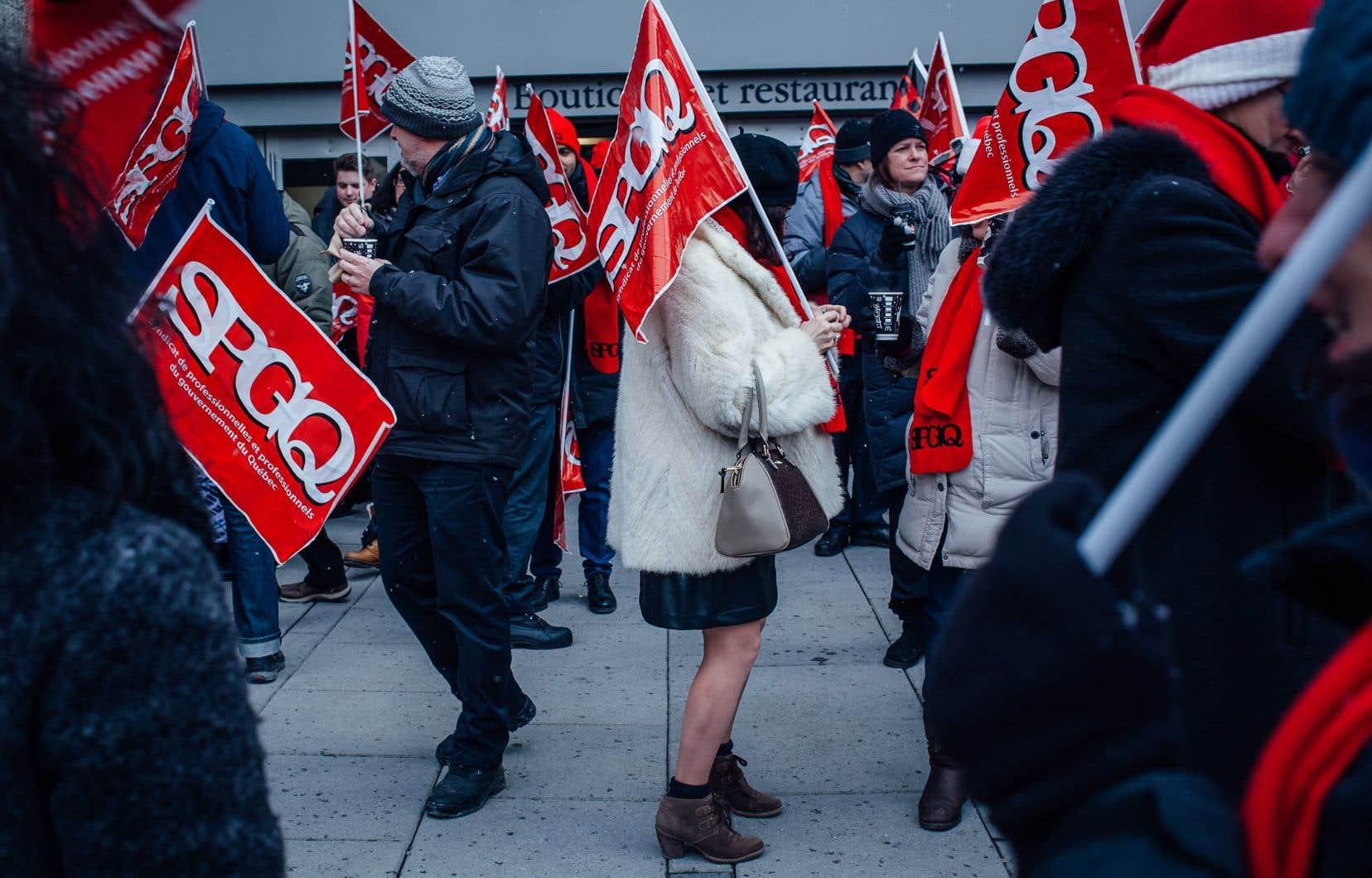 Une manifestation a eu lieu mardi, à Montréal, devant le Complexe Desjardins.