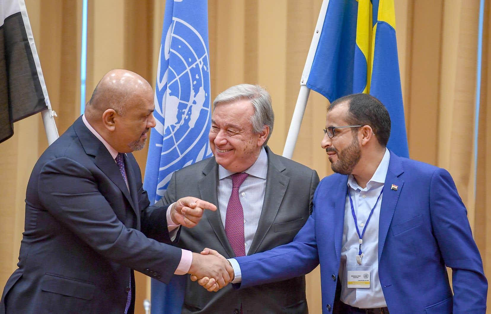 Le secrétaire général de l'ONU, Antonio Guterres, souriait, jeudi, alors que Khaled al-Yamani, le ministre yéménite des Affaires étrangères (à gauche), et Mohammed Abdelsalam, un négociateur des Houthis, se serraient la main.