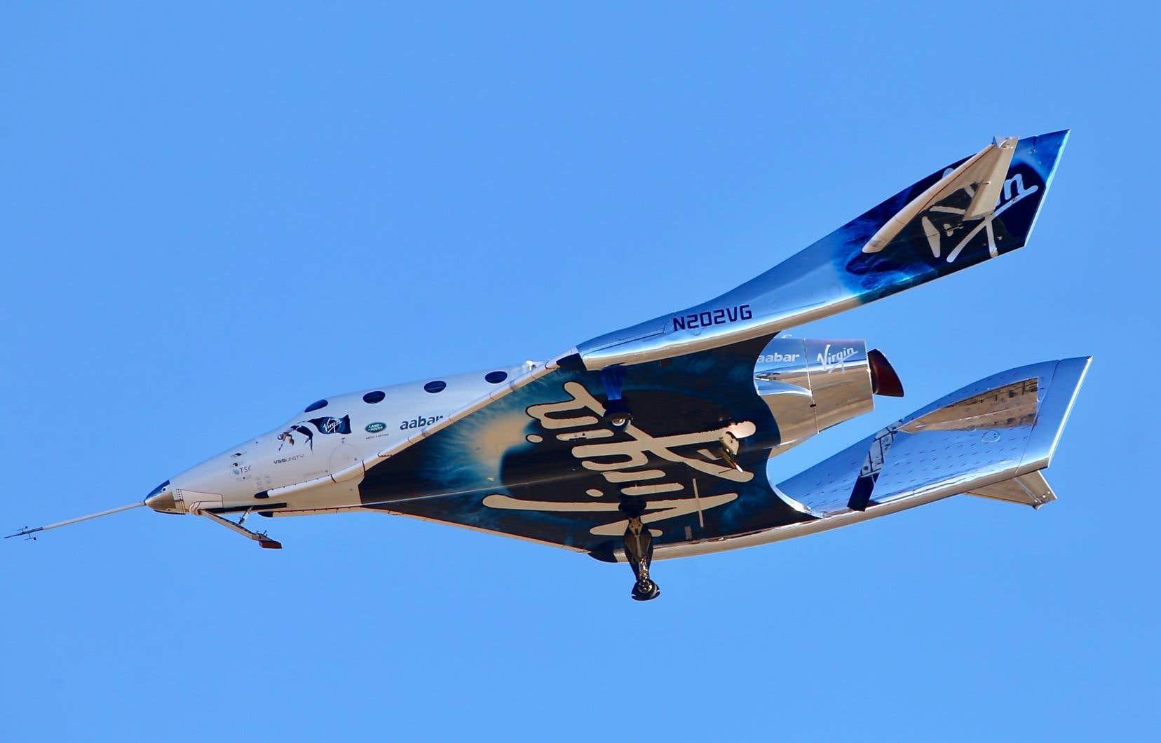 <p>L'engin spatial avec deux pilotes d'essai aux commandes est rapidement monté en flèche et hors de la vue des spectateurs au sol.</p>