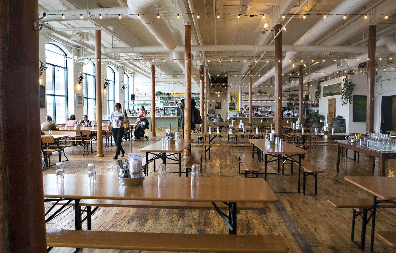 Le décor du McKiernan Luncheonette est brillant, décontracté et parsemé, murs et plafonds, de touches artistiques.